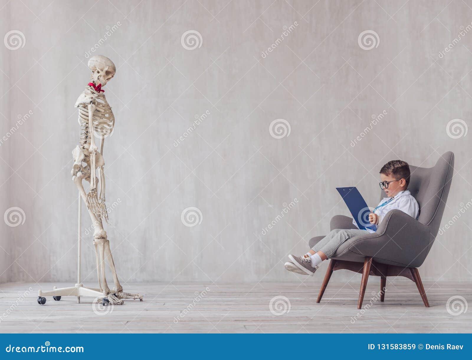 Weinig kind en een skelet