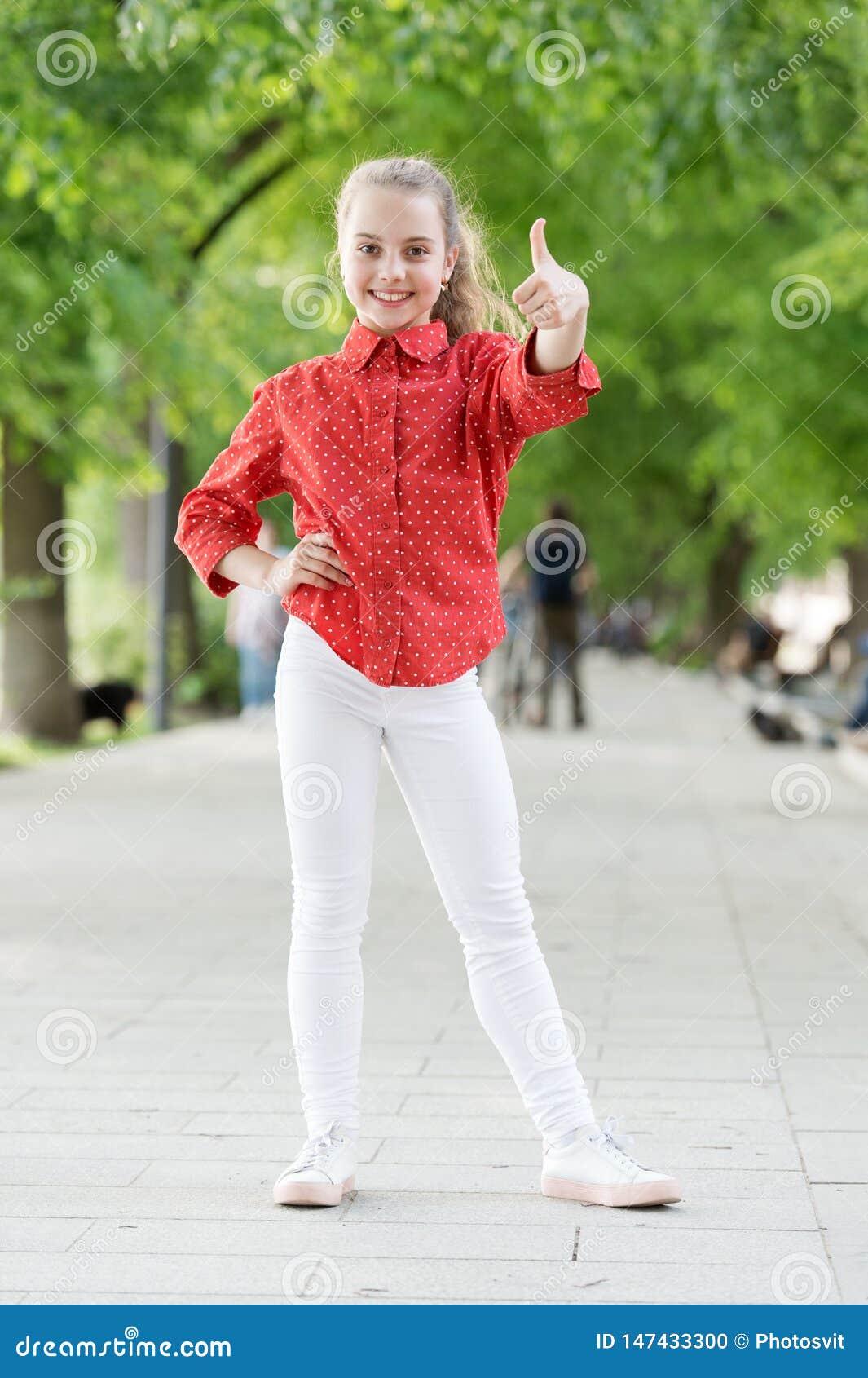 Weinig kind geniet van gang in park Weekendgang Meisjes onbezorgd kind Jong geitje die zonnige dag lopen De vakantie van de zomer