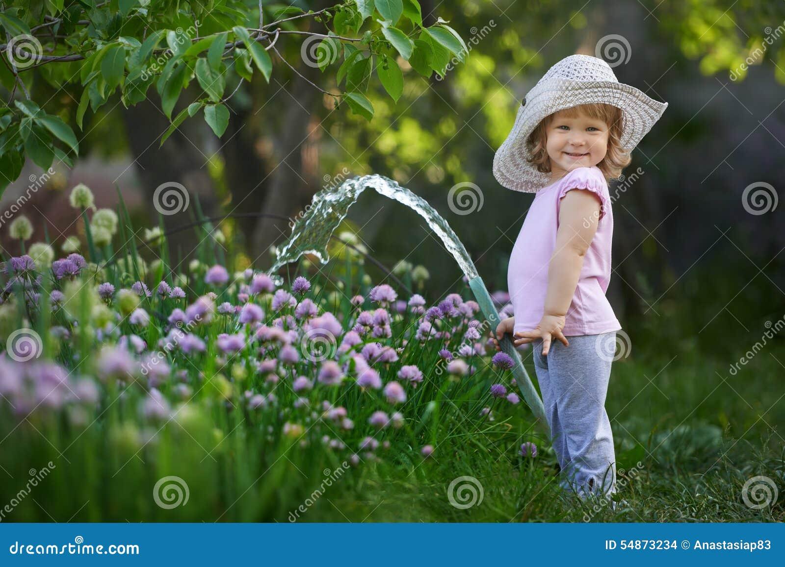 Weinig kind het water geven uien in de tuin