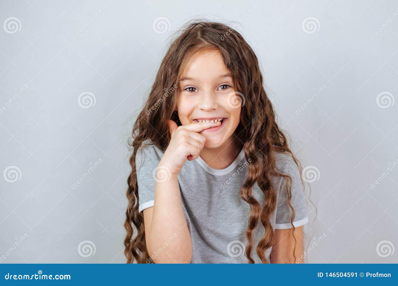 Weinig kindmeisje het stellen bij studio Het perfecte emotionele jonge geitje van de portretmanier Mooi gezichts Kaukasisch kind