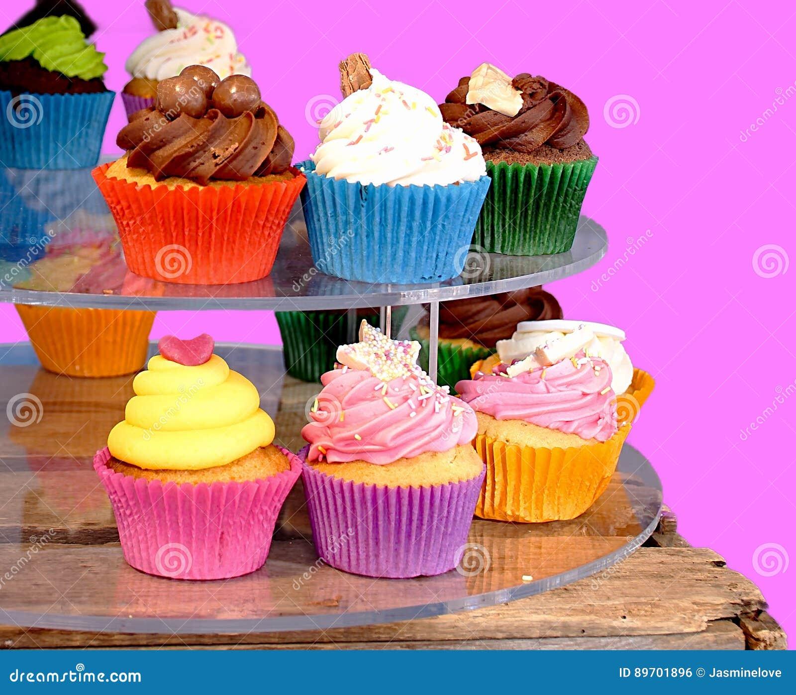 Weinig kleurrijke cupcakes op straatmarkt