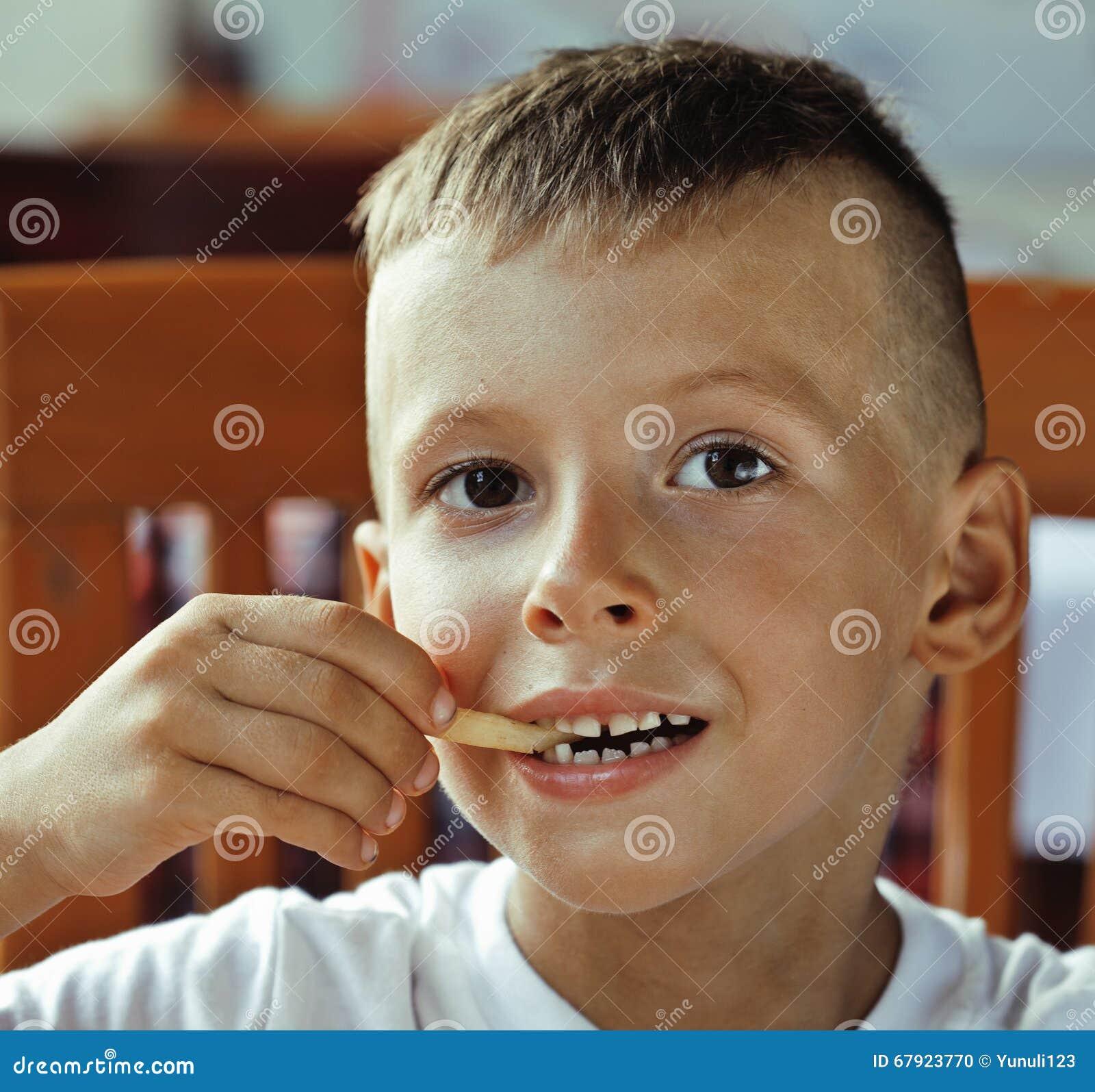 Weinig leuke jongen 6 jaar oud met hamburger en frietenmaki stock foto afbeelding 67923770 - Deco slaapkamer jongen jaar oud ...