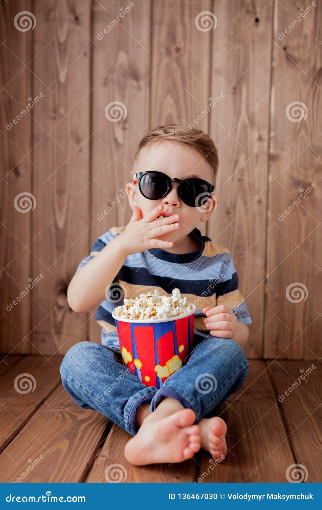Weinig leuke jongen van de jong geitjebaby 2-3 jaar de oude, 3d glazen die van de imaxbioskoop emmer voor popcorn houden, die sne