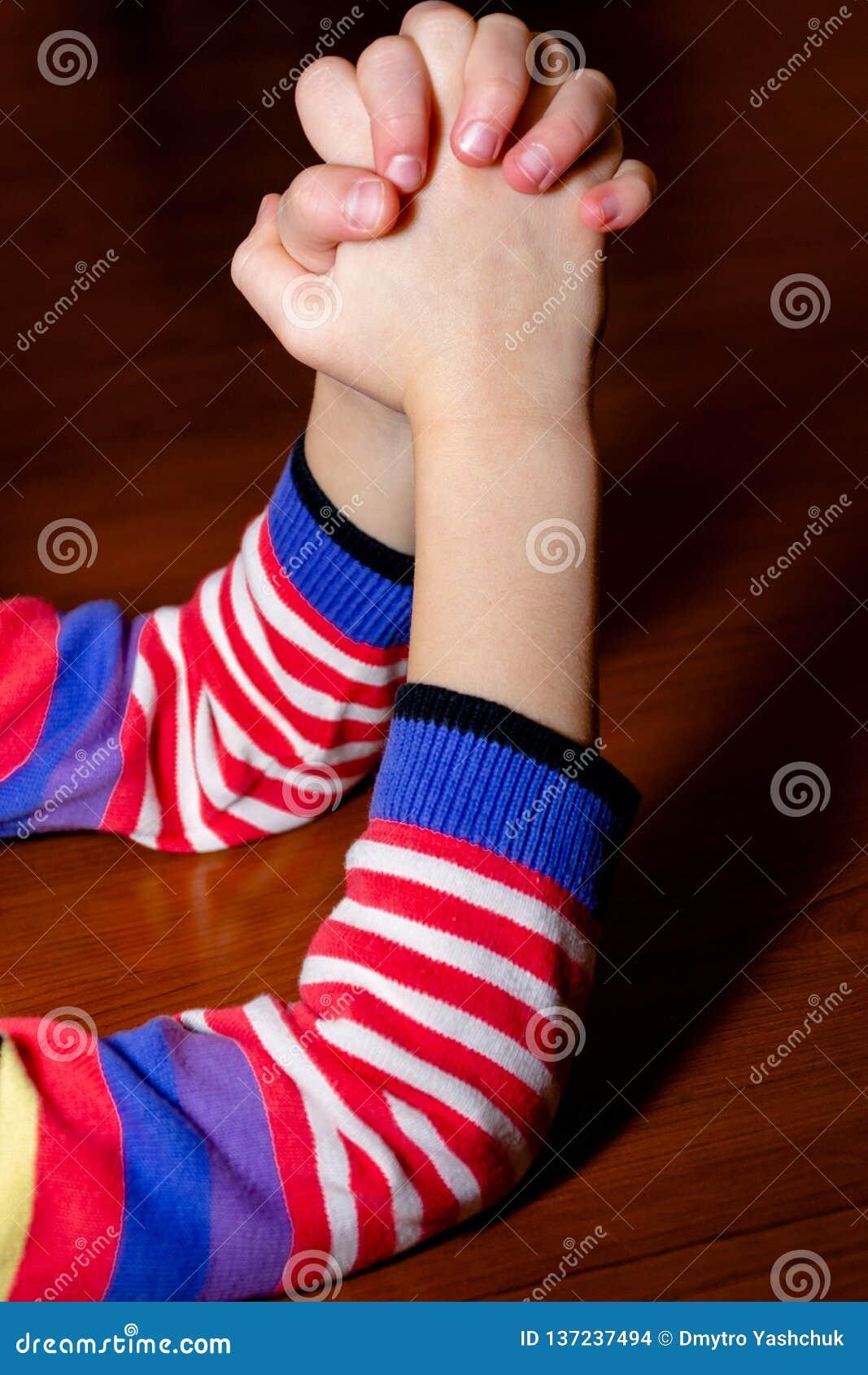 Weinig multi-etnisch meisje die, jong geitje, kind bidt concept bidden