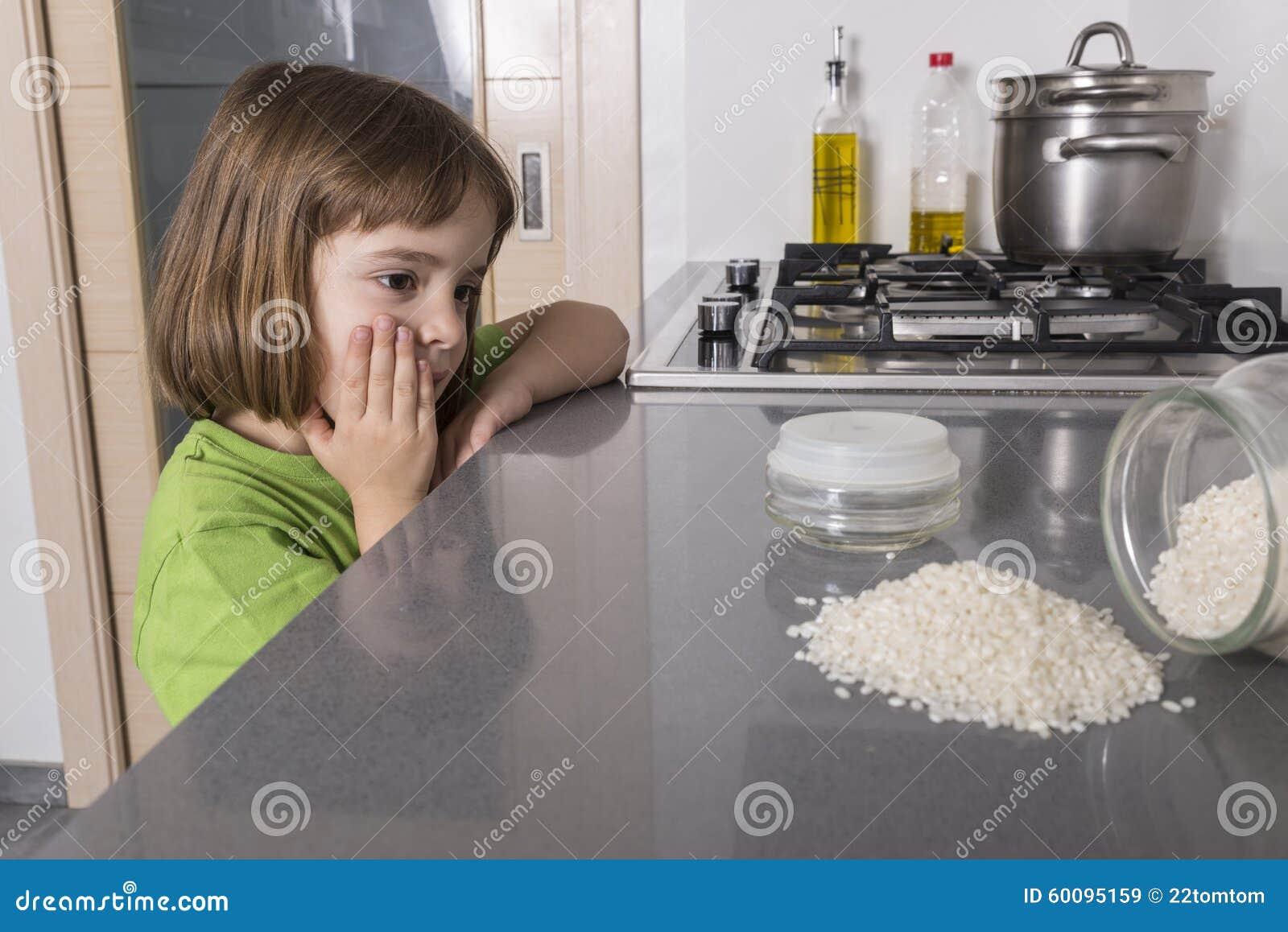 Keuken Voor Weinig : Weinig ongeval in de keuken stock afbeelding afbeelding