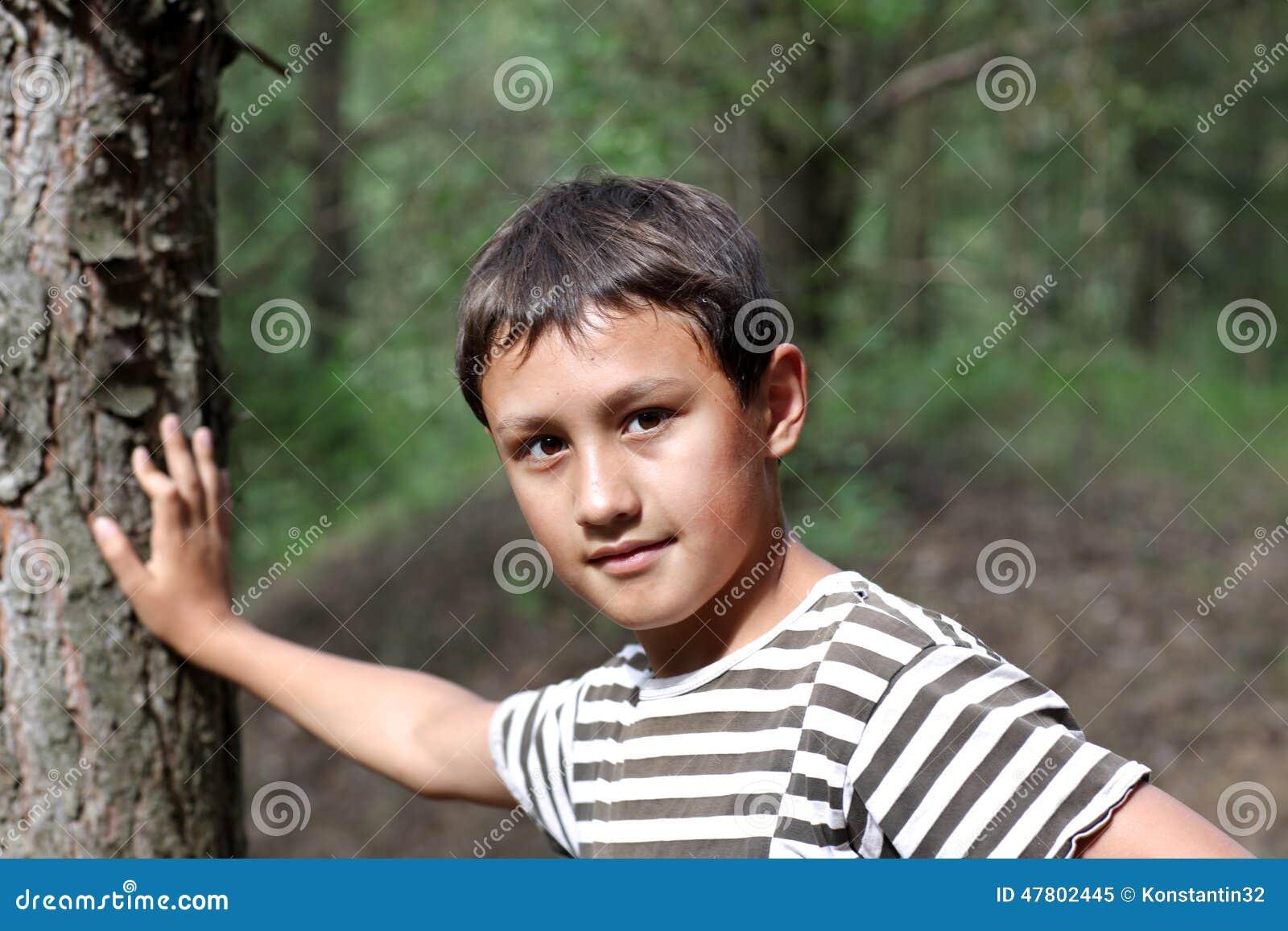 Weinig oude jongen 10 jaar stock foto afbeelding 47802445 for Deco slaapkamer jongen jaar oud