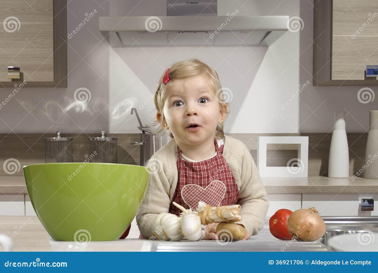 Keuken Voor Weinig : Weinig peuter in de keuken stock foto afbeelding bestaande uit