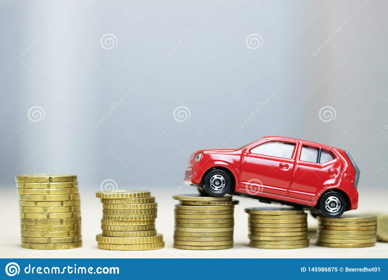 Weinig rode auto over heel wat geld stapelde muntstukken voor de financi