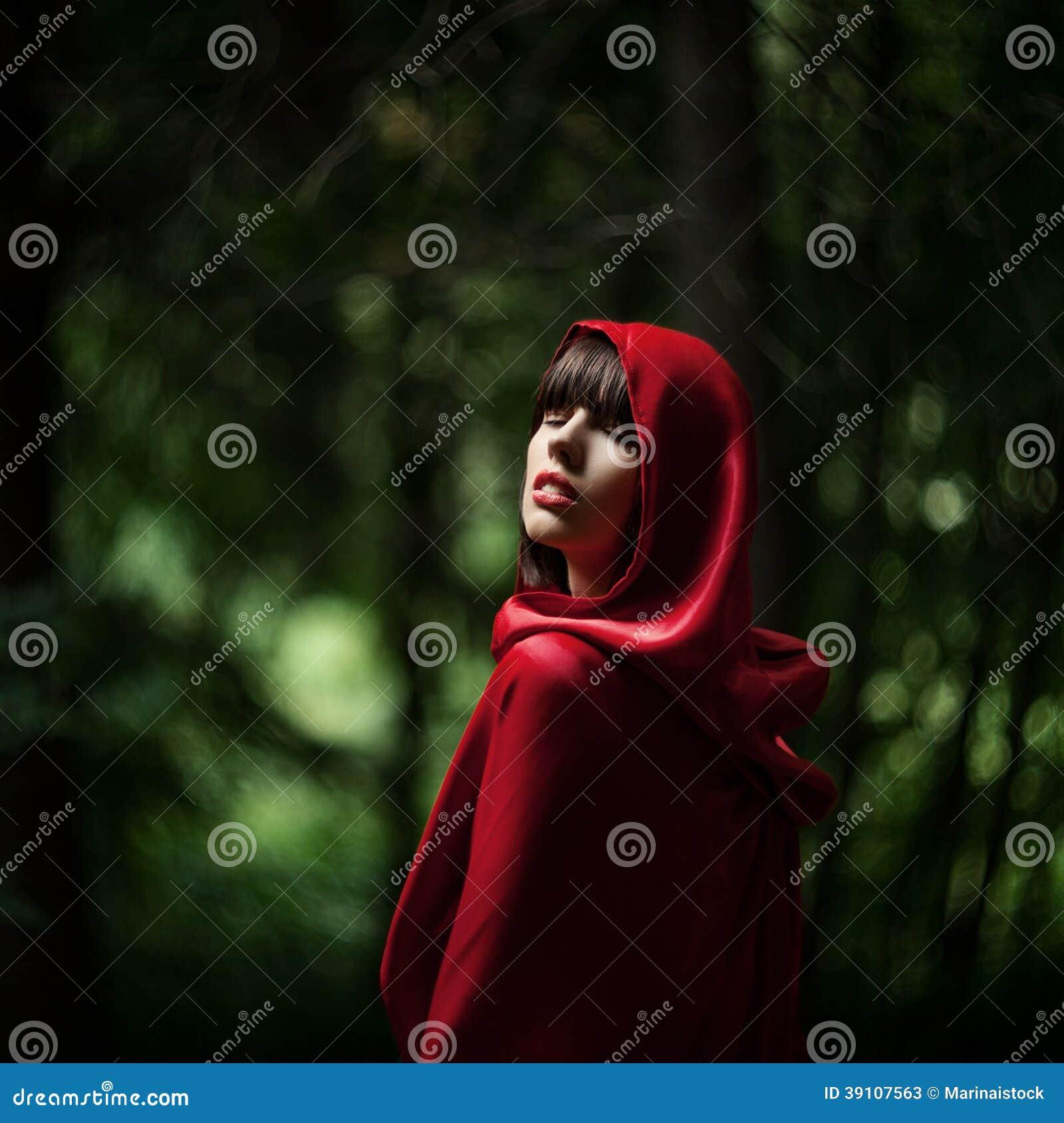 Weinig Rode Berijdende Kap in het wilde bos