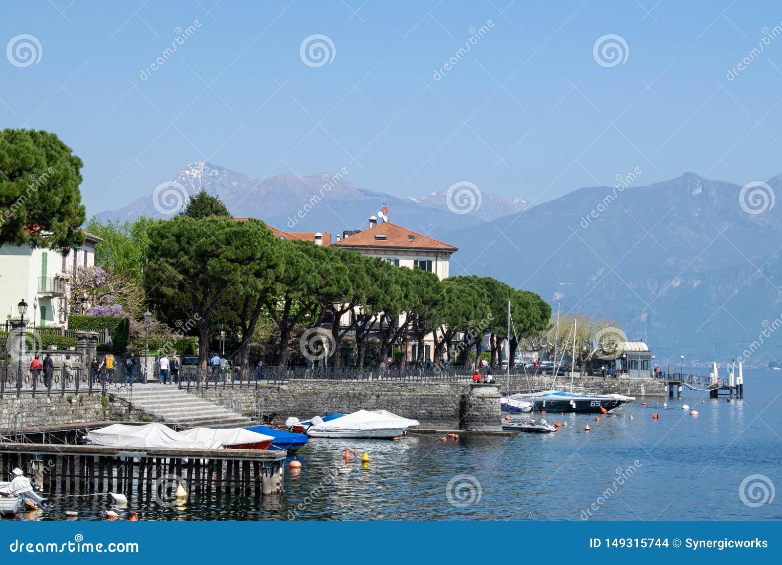 Weinig schepen dokten keurige kust bij Como-Meer, Itali?, Europa