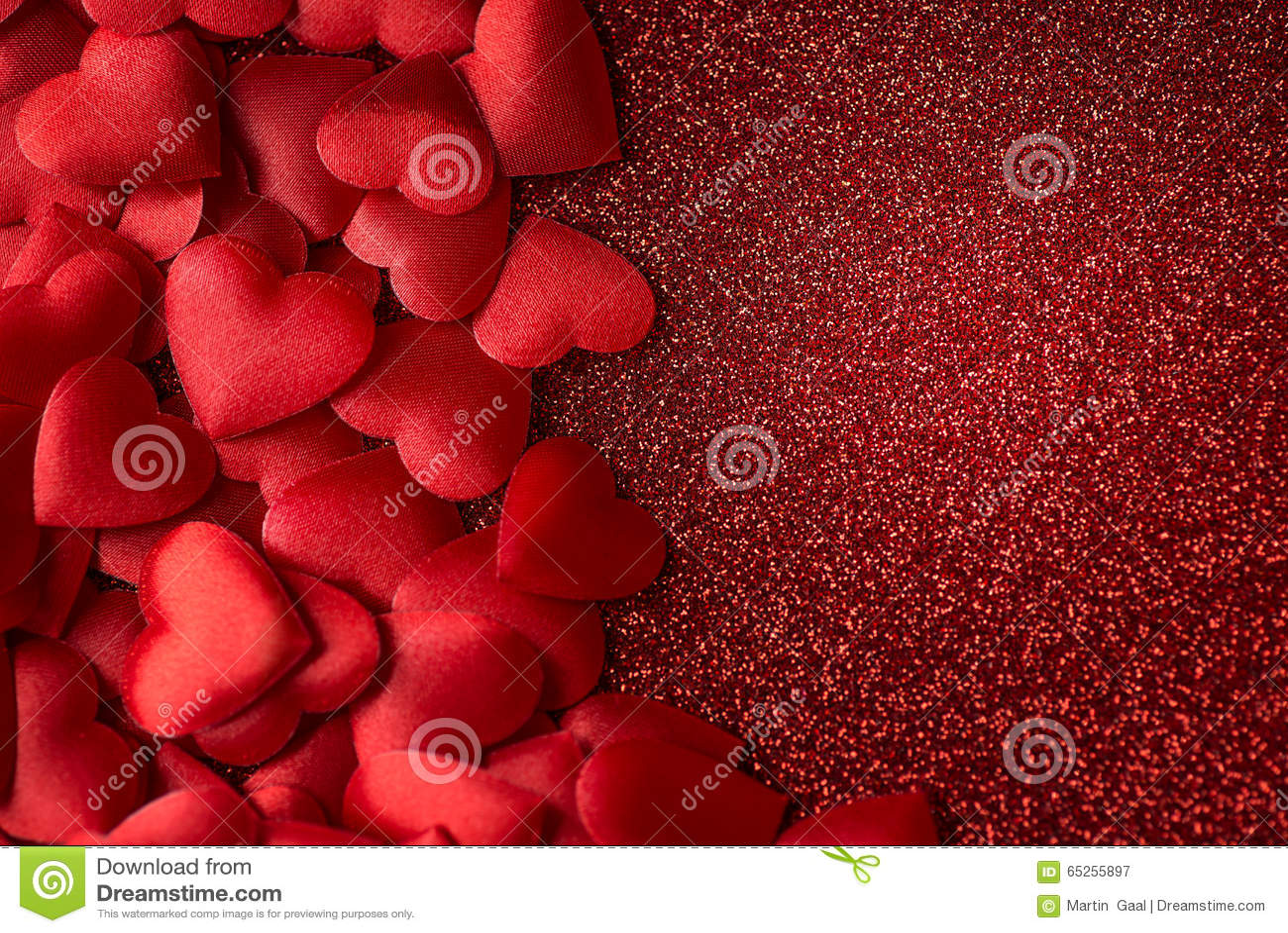Weinig schitteren de rode satijnharten op rood textuur, valentijnskaarten of moedersdagachtergrond