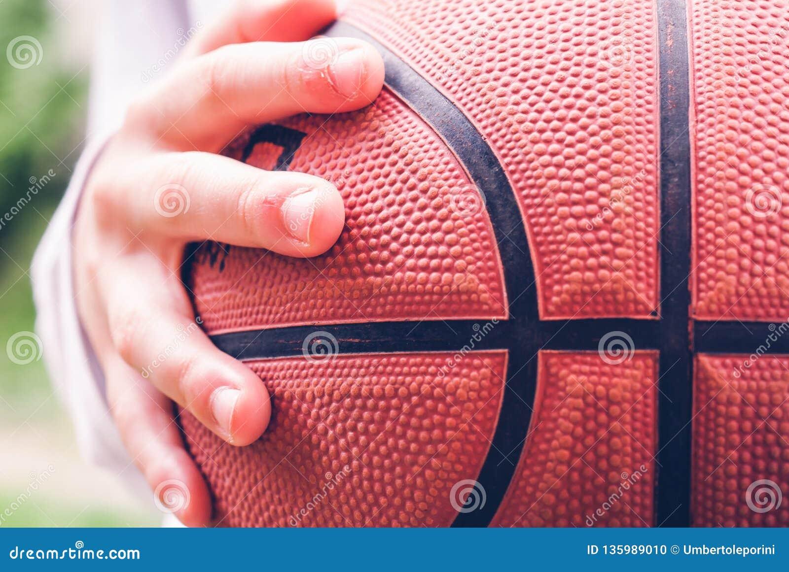 Weinig speler openlucht sensorische verbindingen van het kindbasketbal