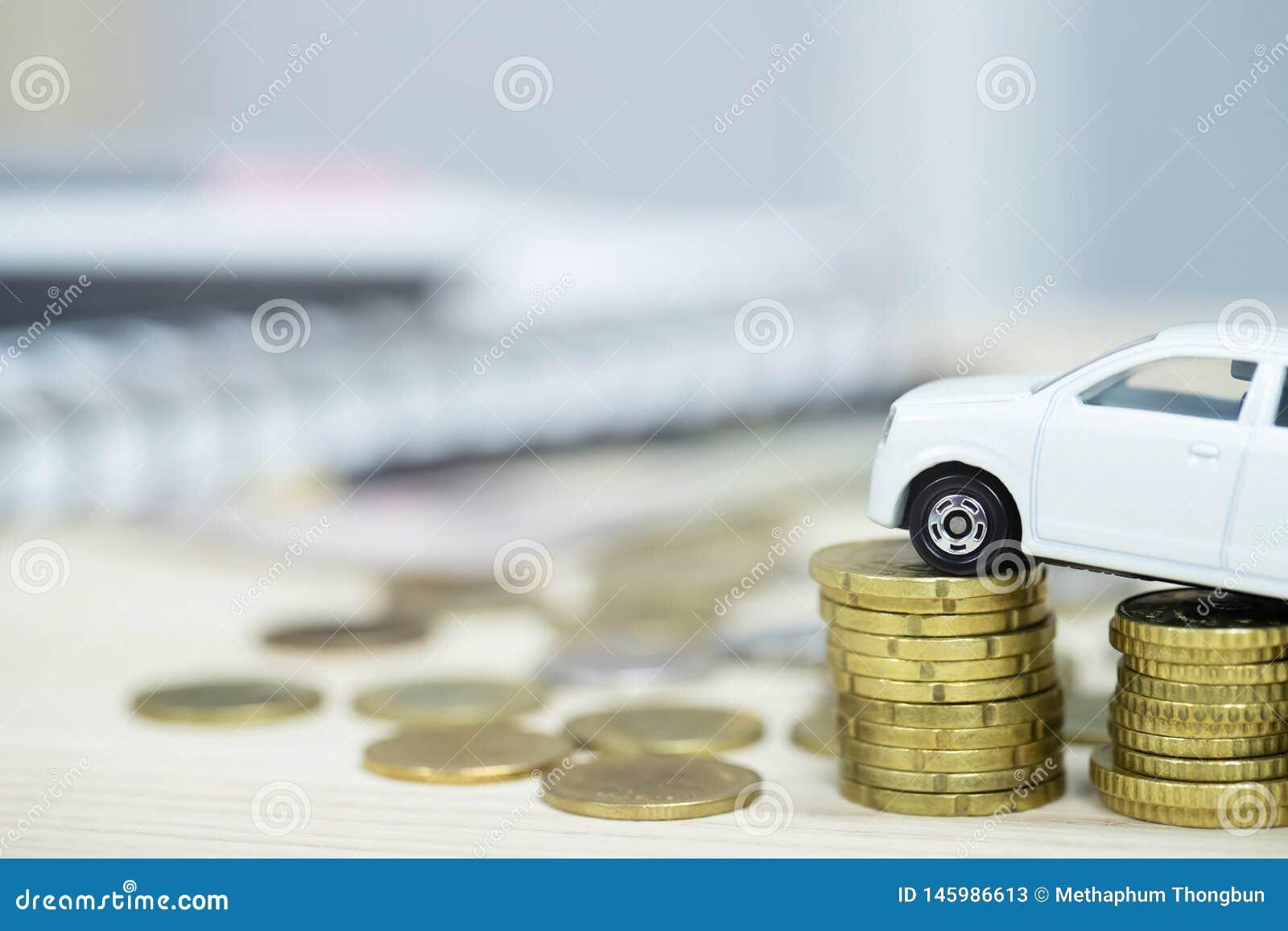 Weinig Witte auto over heel wat geld stapelde muntstukken voor de financi?n van bankleningenkosten