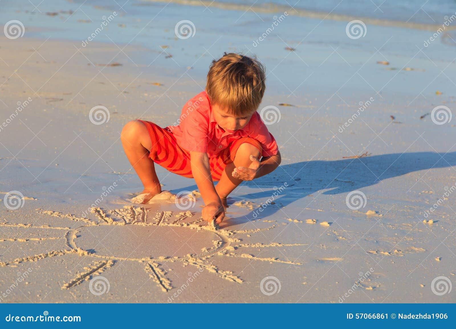 Weinig zon van de jongenstekening op zandstrand