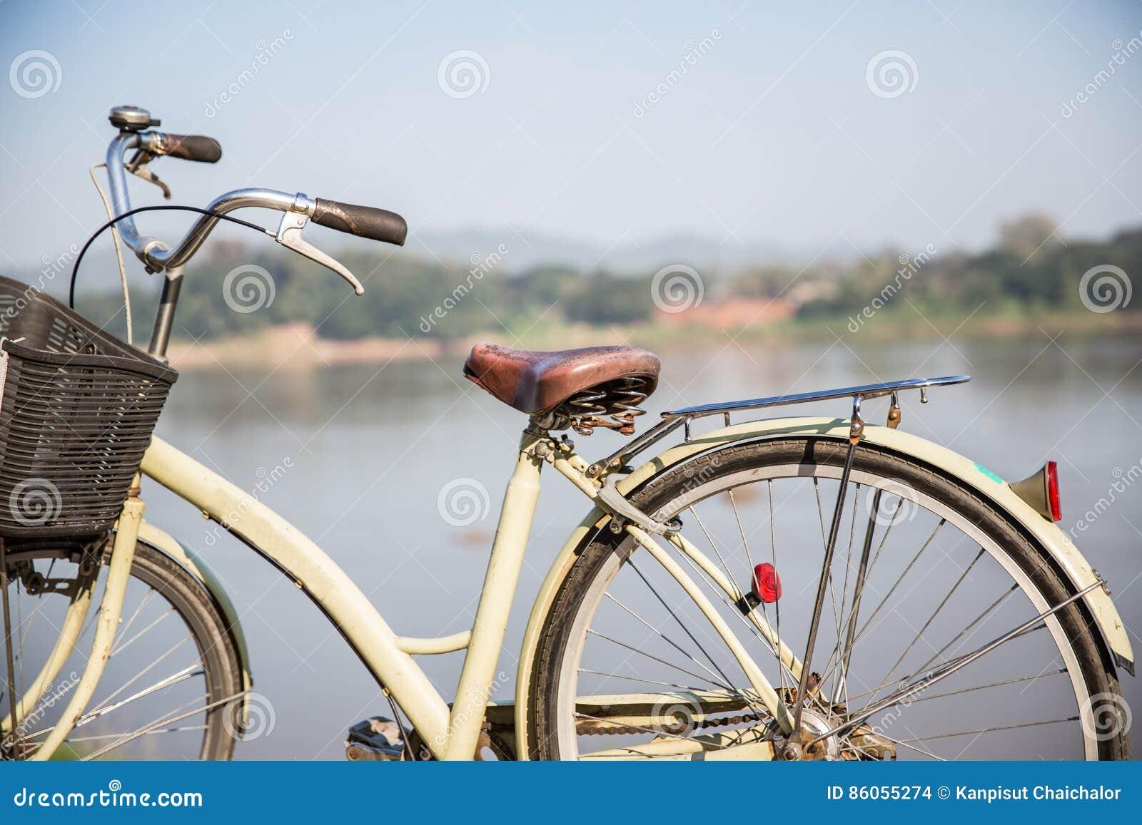 Weinlese-Fahrrad, Hintergrund ist der Fluss