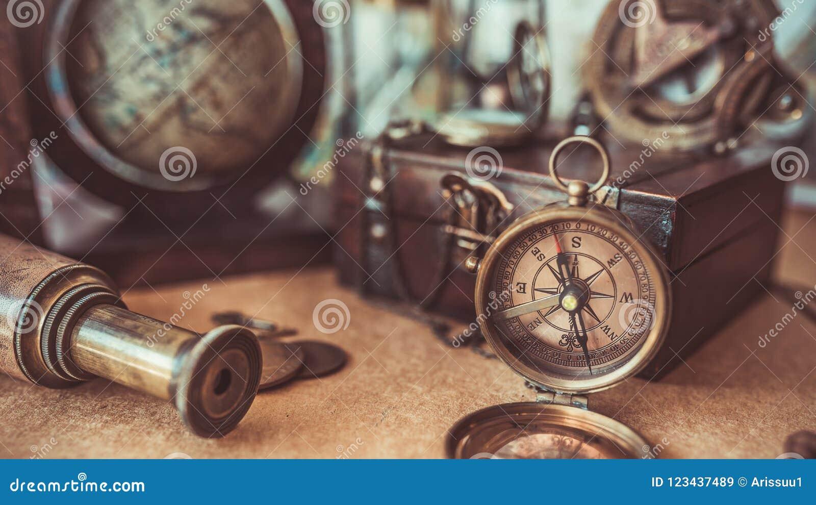 Weinlese-Kompass, hölzerner Schatz-Kasten, schieben alte Sammlungs-Fotos ineinander
