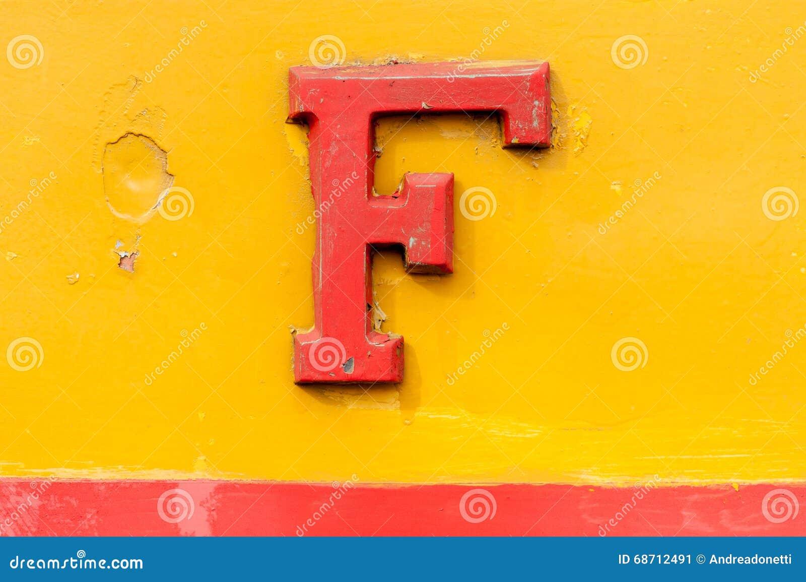 Weinlese prägeartiges Metall rotes F über Gelb