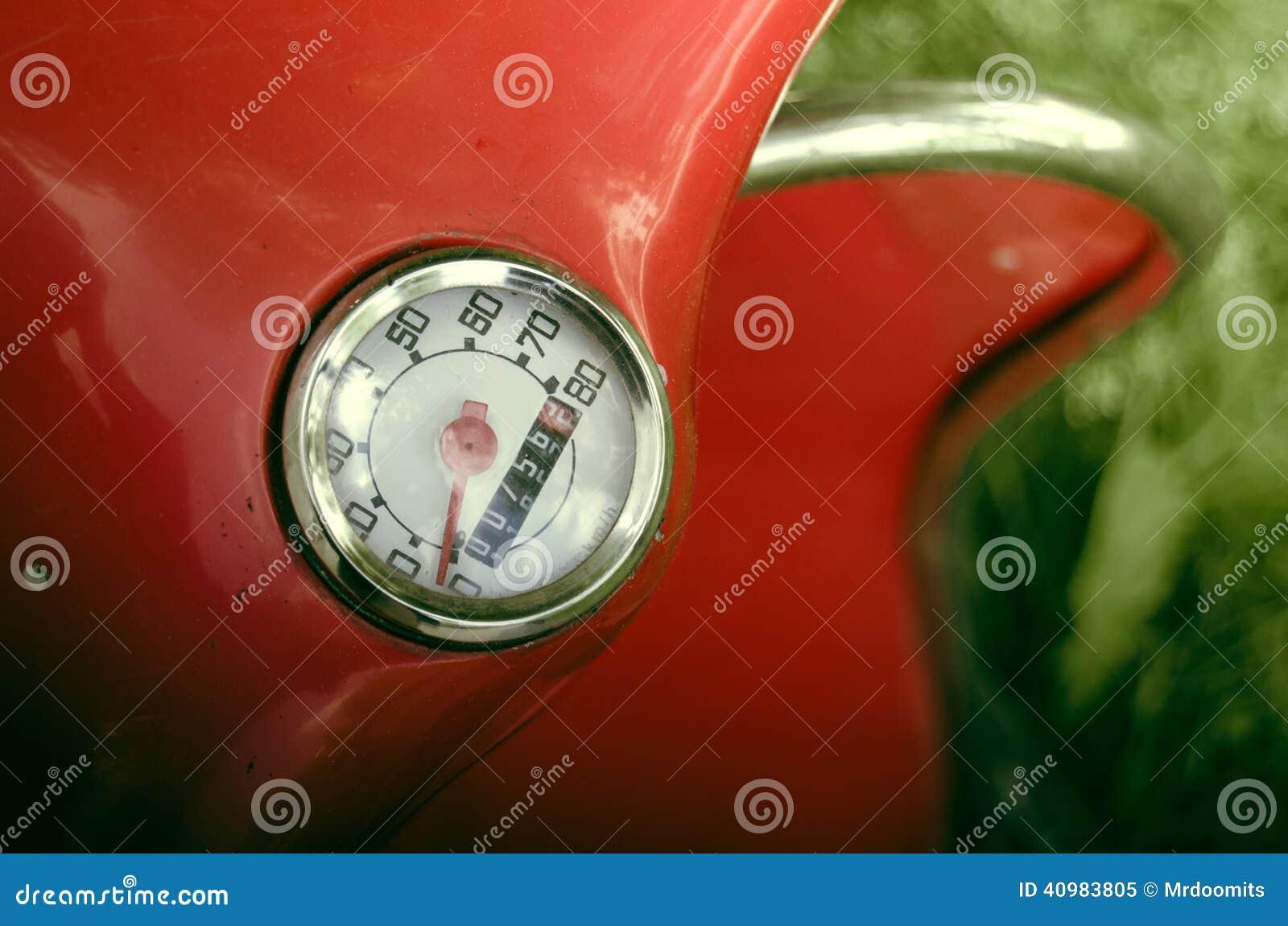 Weinlese rotes moped entfernungsmesser detail stockbild bild von