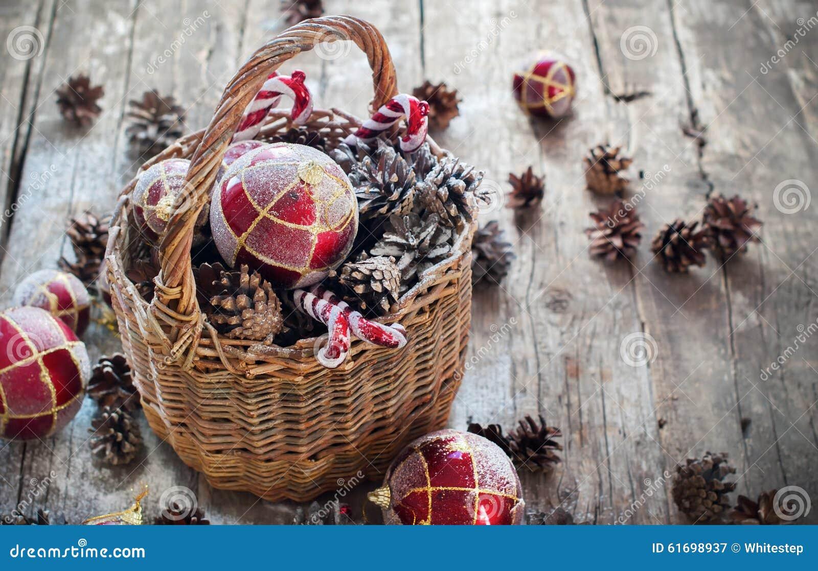 Weinlese-Weihnachtsgeschenke Im Korb, Rote Bälle, Kiefernkegel, Süße ...