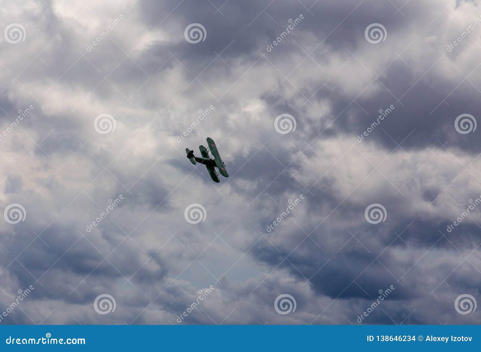 Weinlesedoppeldecker mit offener Cockpitgewinnhöhe an den airshows