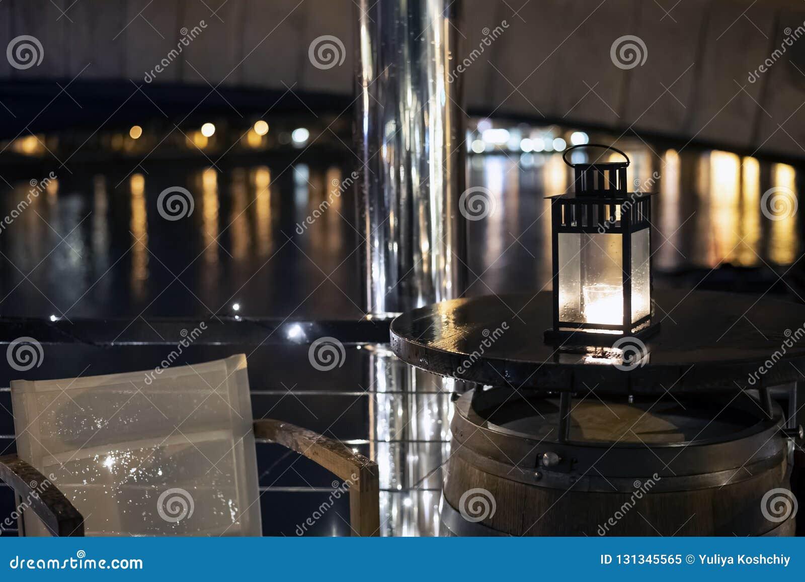Weinleseeisen-Weihnachtslaterne mit brennendem Kerzenlicht