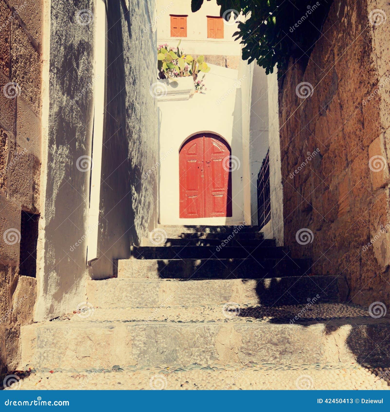 Weinlesefoto der schmalen Straße in Lindos