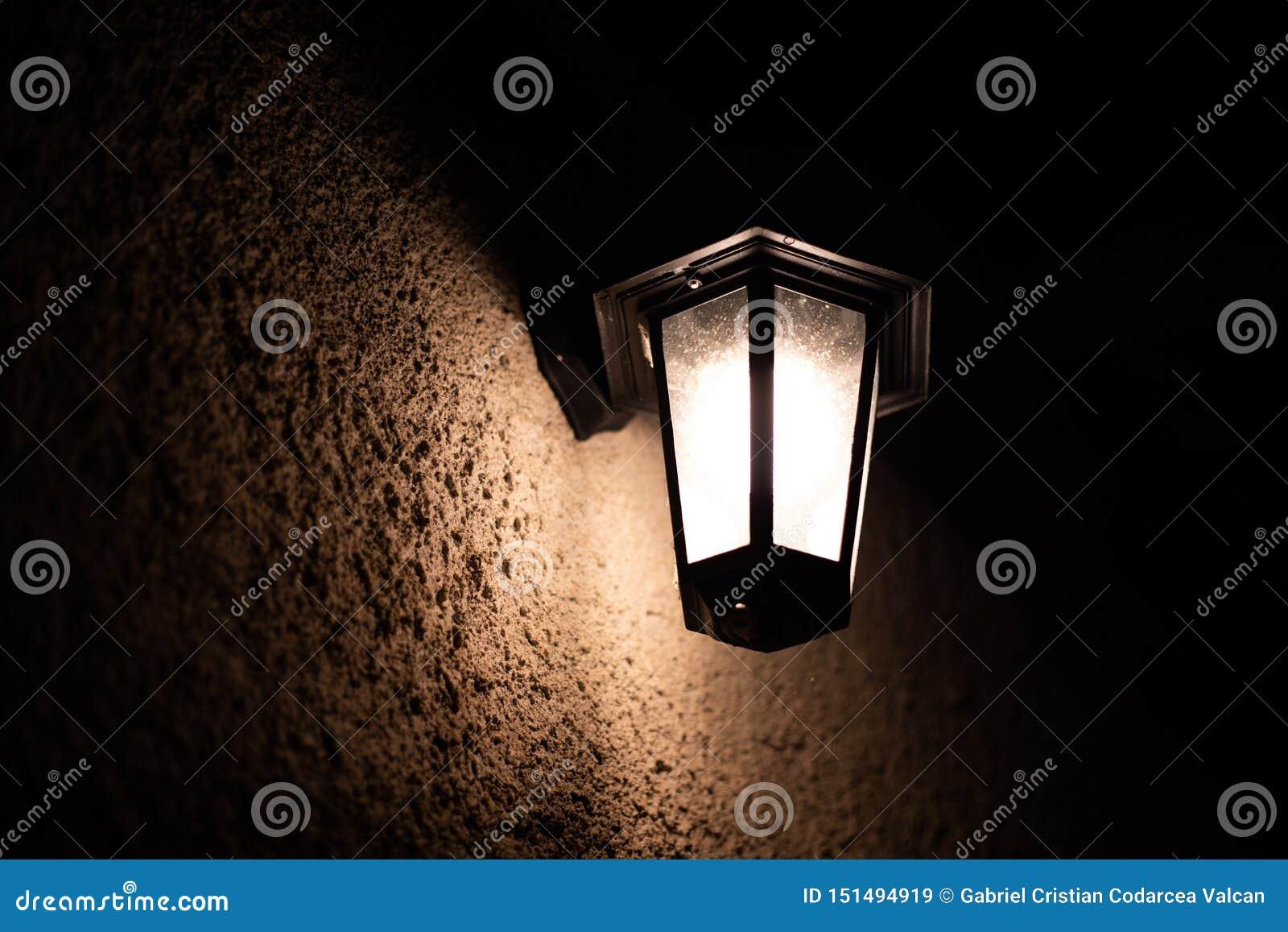 Weinlesefreien-Wandlampe nachts