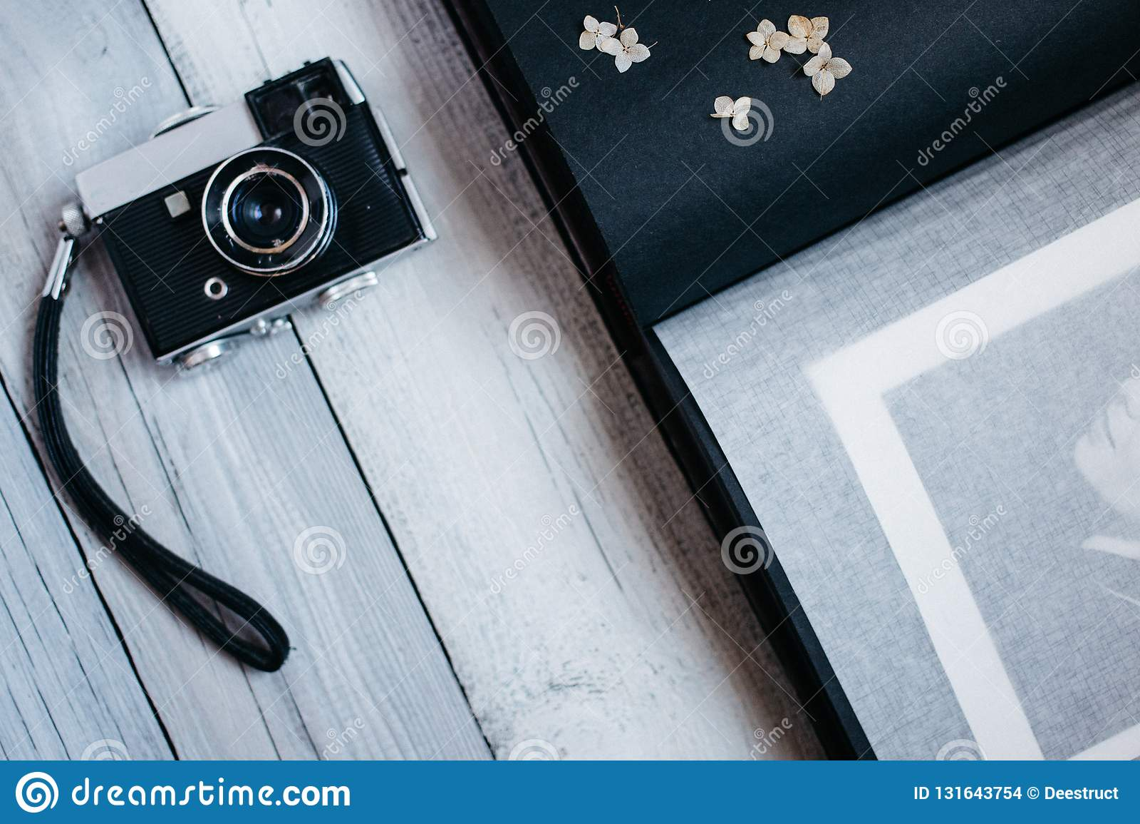 Weinlesekamera, ein altes Fotoalbum auf dem weißen Holztisch