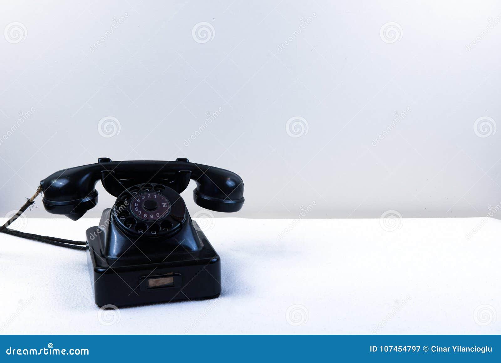 Weinleseklavierschwarztelefon mit der klassischen Drehskala lokalisiert