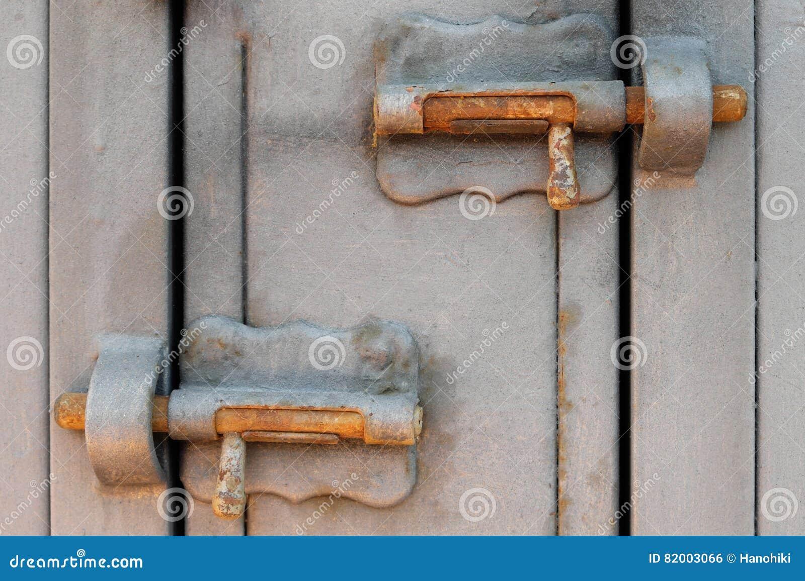 Verschlossene tür  Weinlesemetallklinke, Sperrbolzen, Verschlossene Tür Stockfoto ...