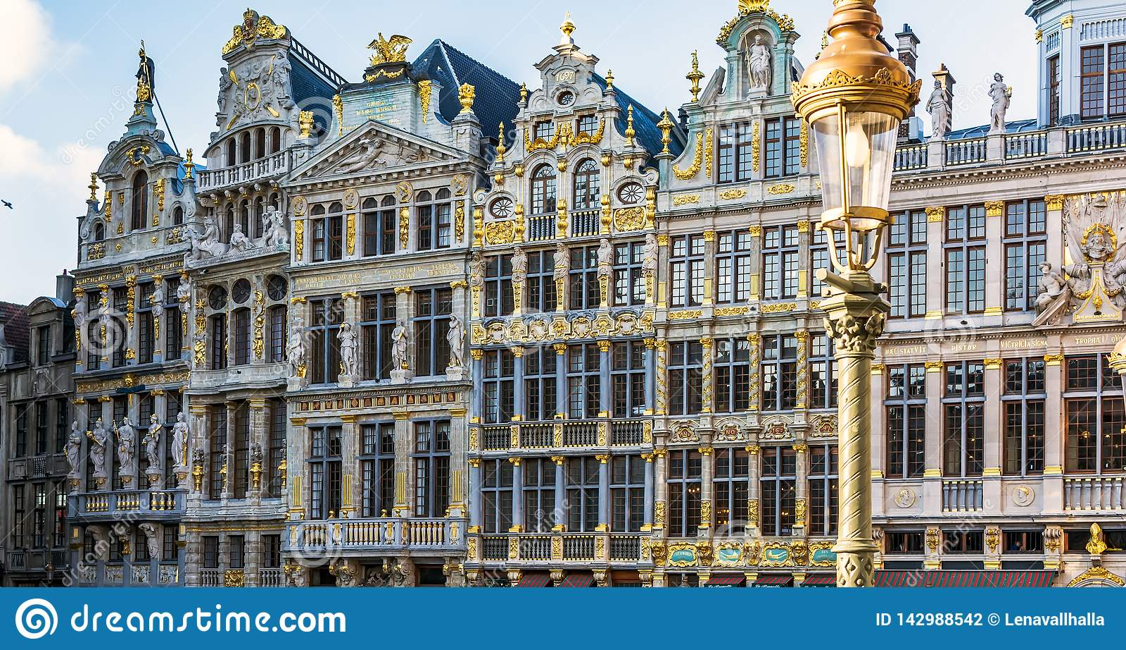 WeinleseStraßenlaterne vor Zunfthausfassaden auf Grand Place von Brüssel, Belgien