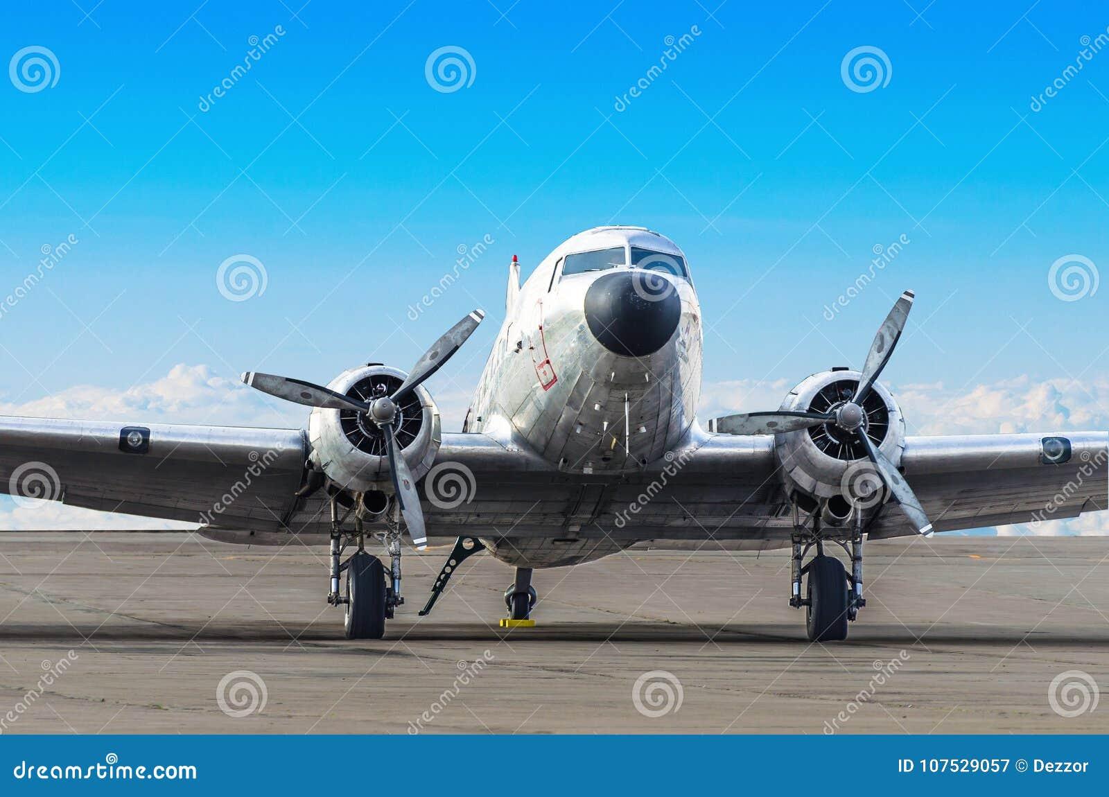 Weinleseturboprop-triebwerk Flugzeug geparkt am Flughafen