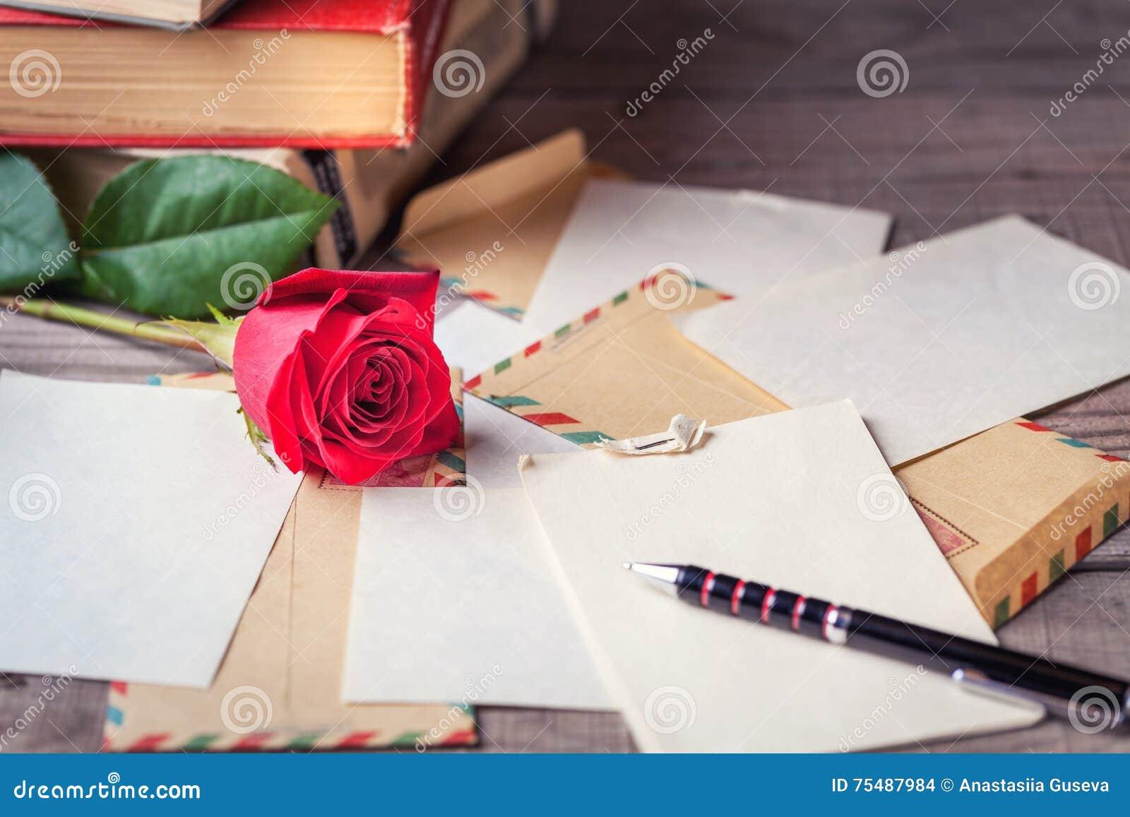 Weinleseumschläge Rotrose Und Blätter Papier Zerstreuten Auf