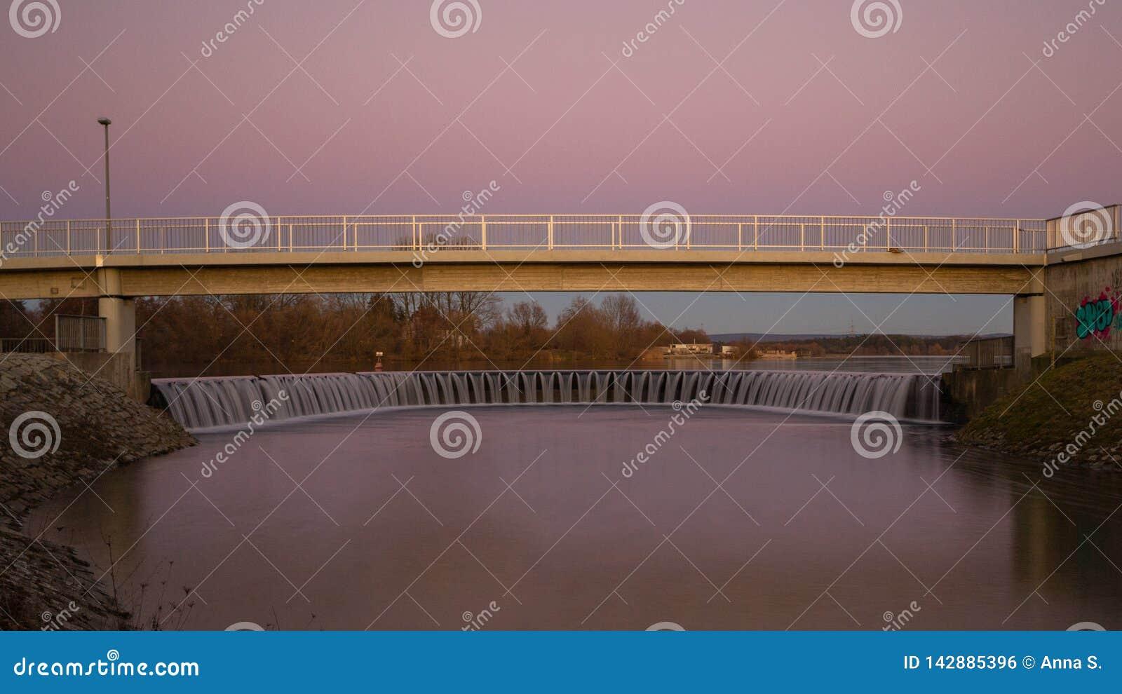 Weir της λίμνης κατά τη διάρκεια του ηλιοβασιλέματος