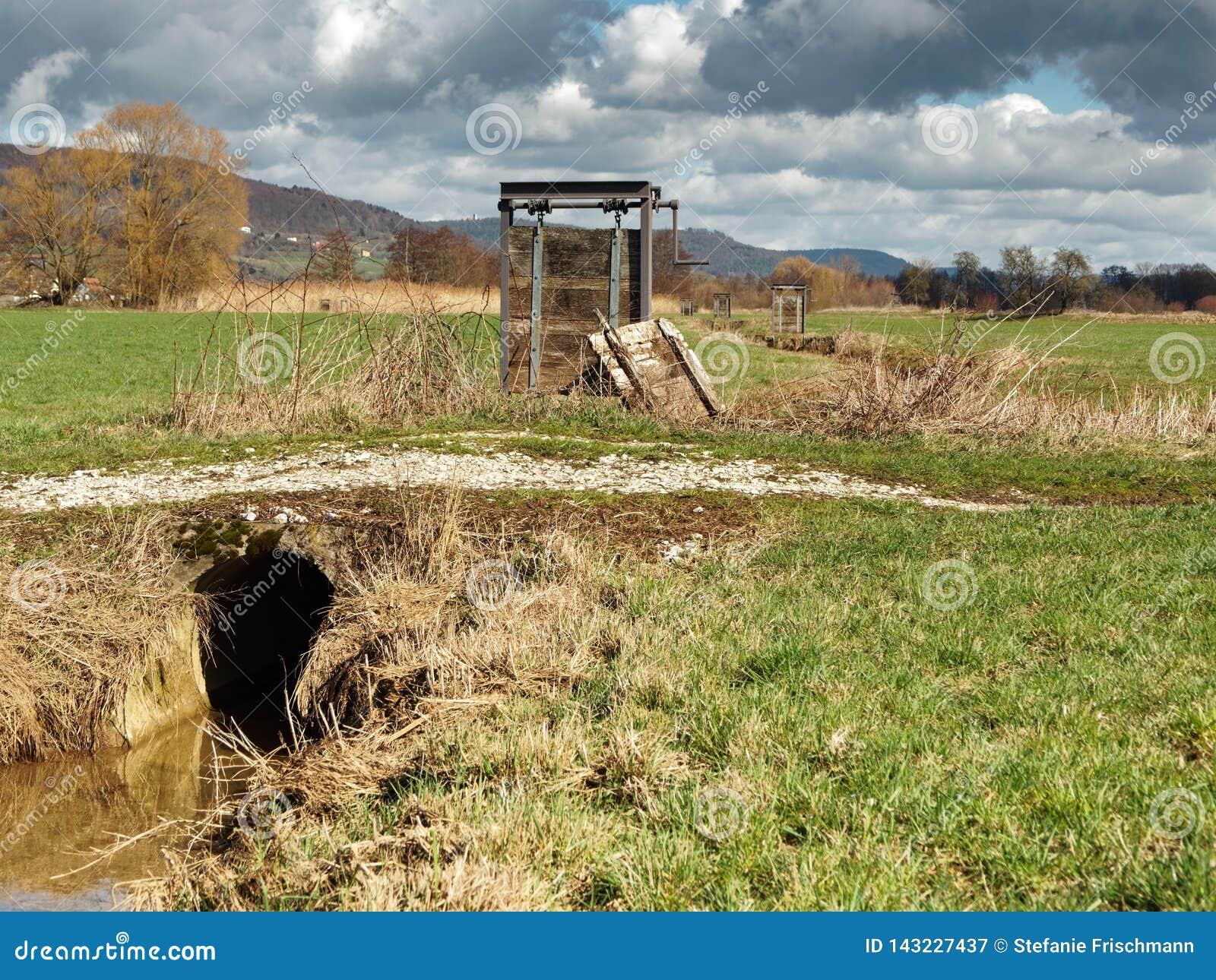 Weir da irrigação do prado perto de Forchheim Franconia, Alemanha