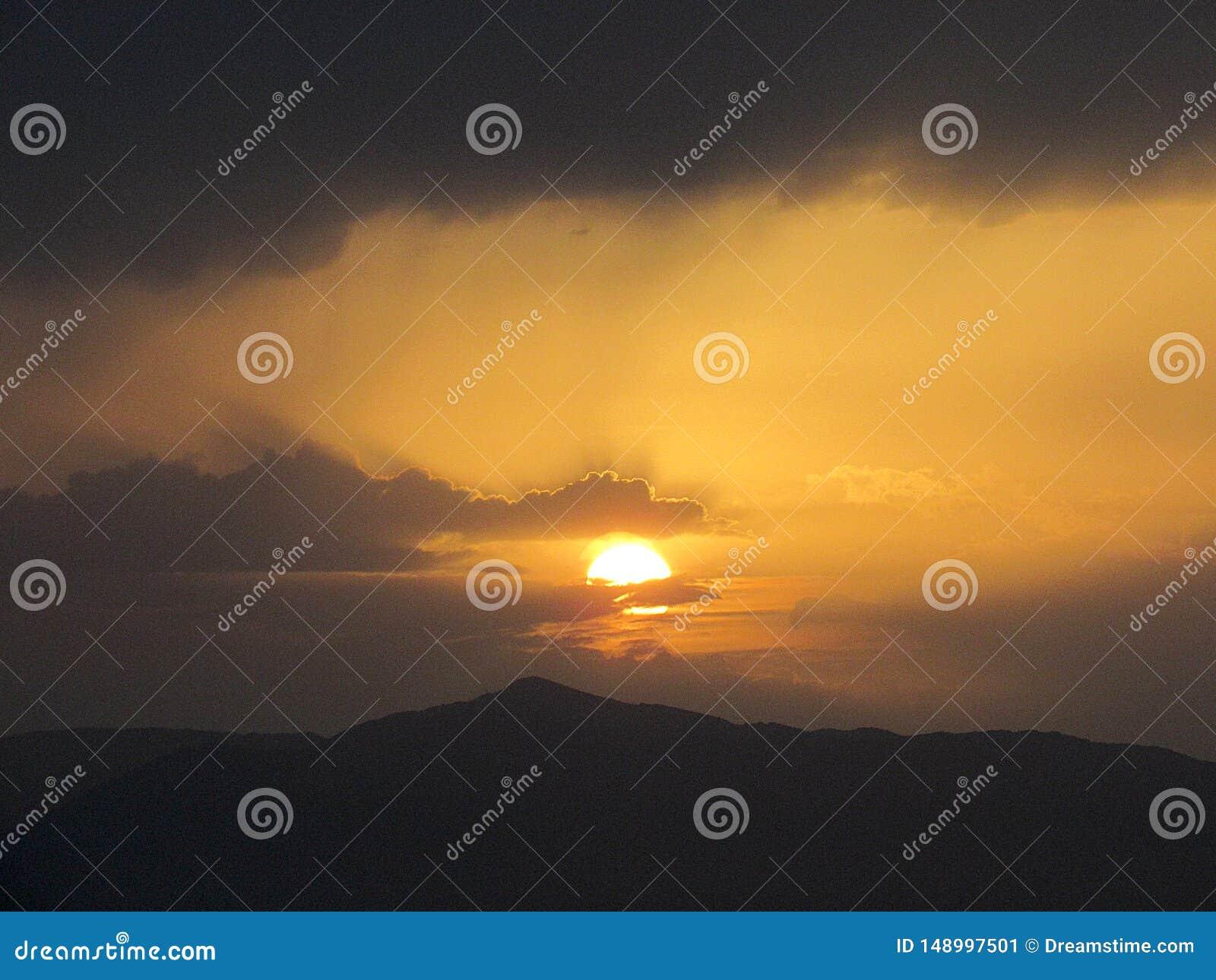 Weiter Sonnenuntergang auf den Bergen
