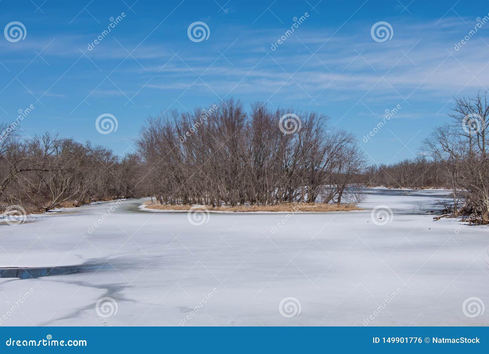 Weitwinkellandschaft von einer Insel im beträchtlichen St. Croix River mit Wisconsin auf der linken Küstenlinie und dem Minnesota