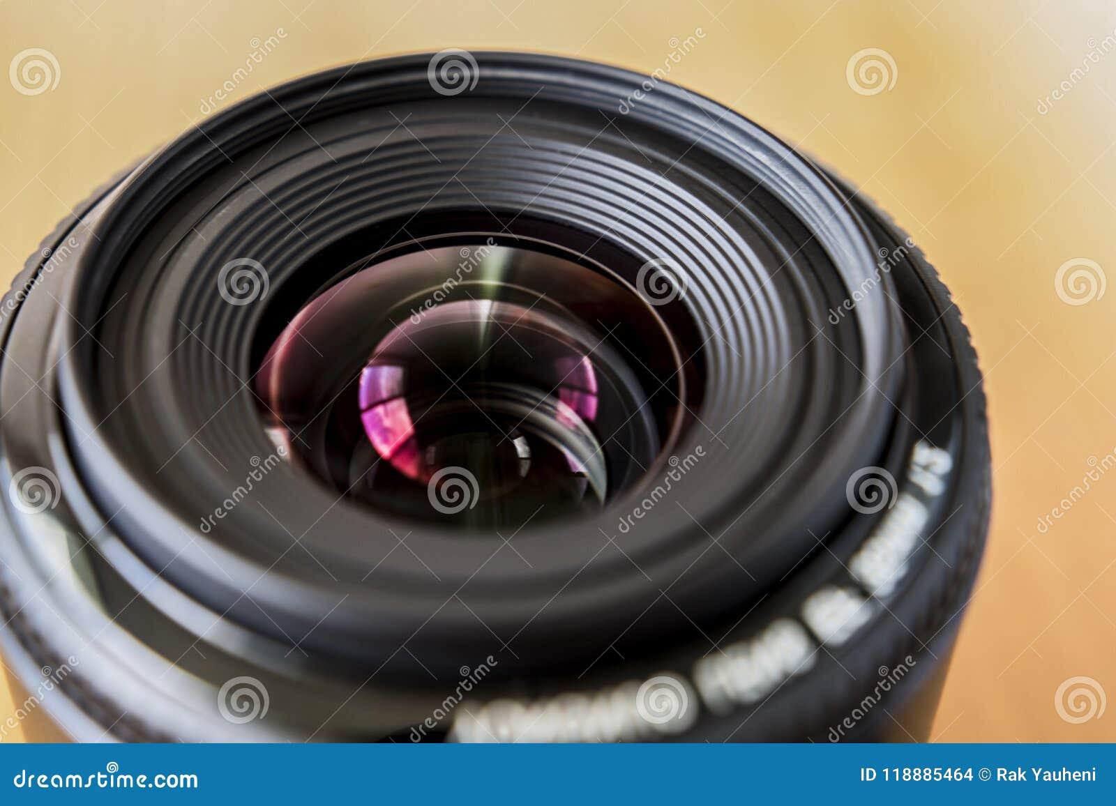 Weitwinkelobjektiv Ein helles Foto der Linse 35 Millimeter