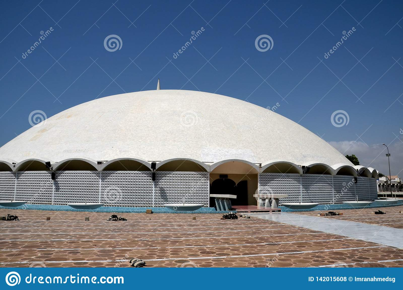 Wejściowy podwórze Masjid Tooba lub Round meczet z marmurowym kopuła minaretem Karachi Pakistan i ogródu Defence
