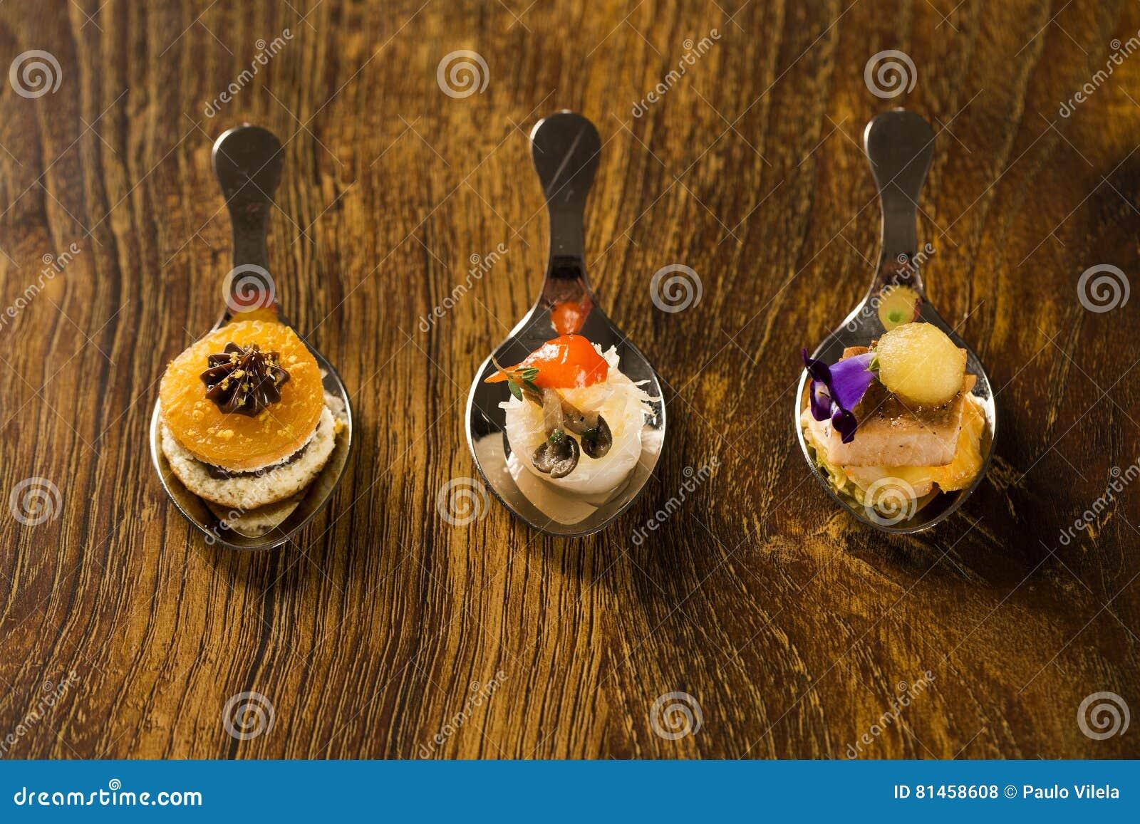 Wejście, danie główne i deser palcowy jedzenie w łyżce,