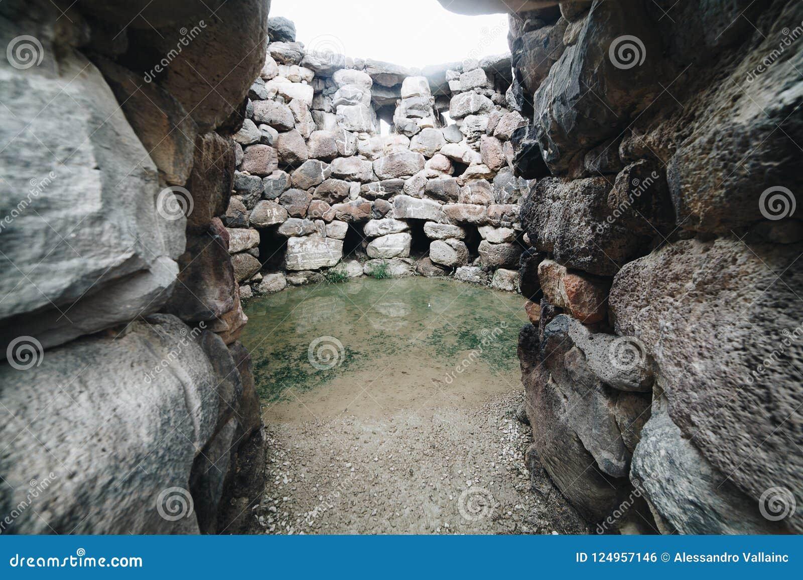Wejście Nuraghe Su Nuraxi w Barumini, Sardinia, Włochy Widok archeological nuragic kompleks
