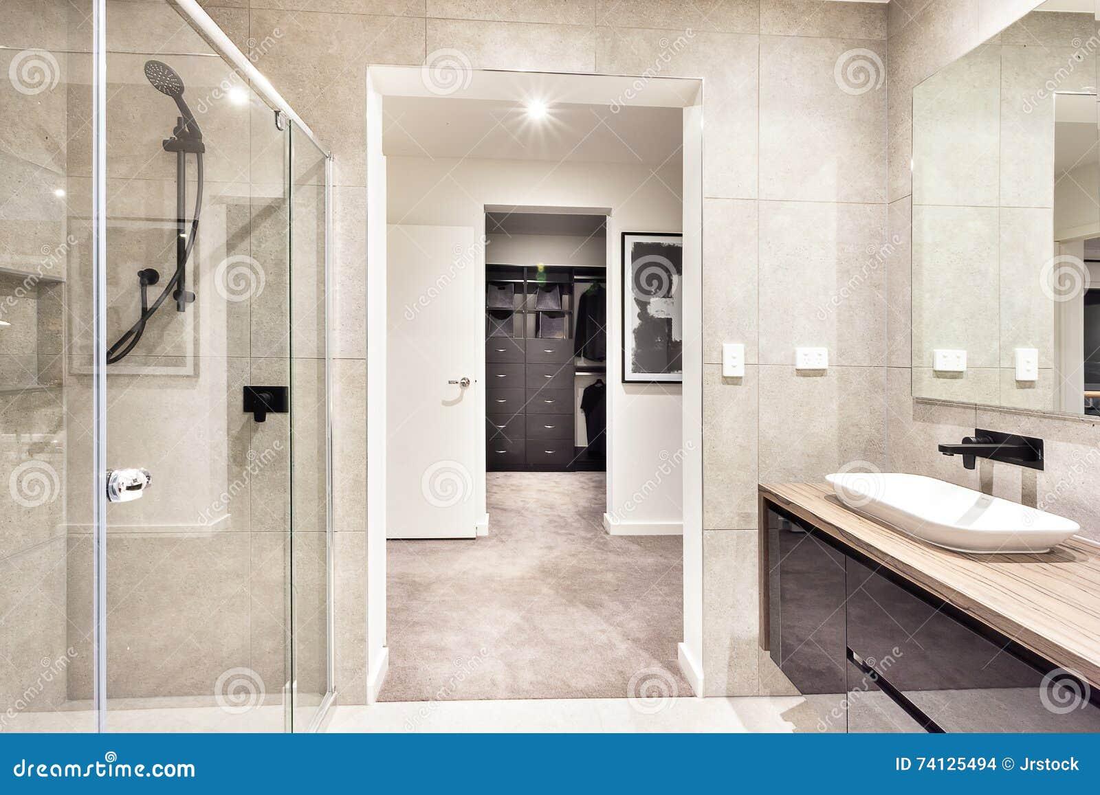 Wejście pralniany pokój przez nowożytnego washroom