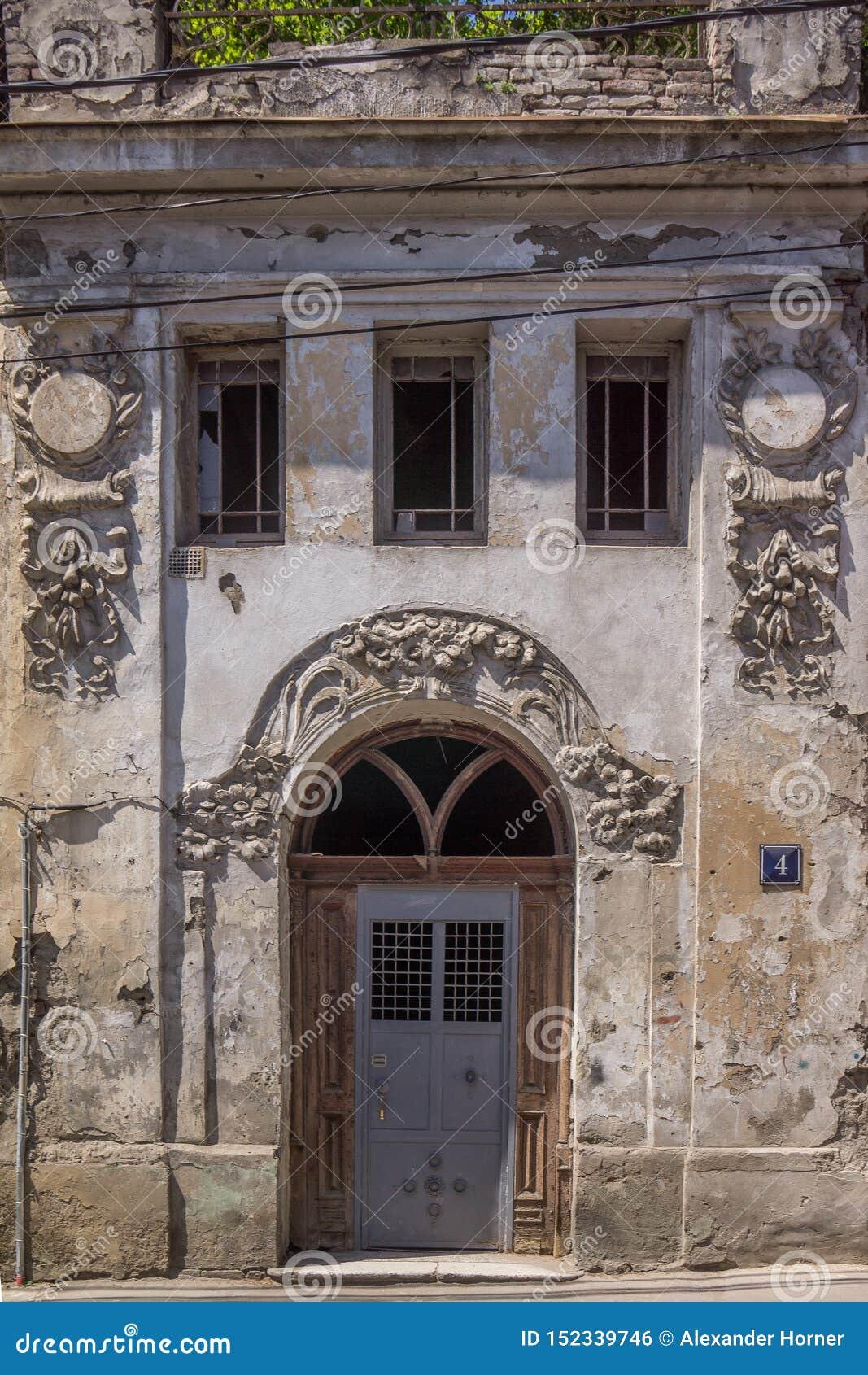 Wejście w betonowej ścianie z pięknymi ornamentami