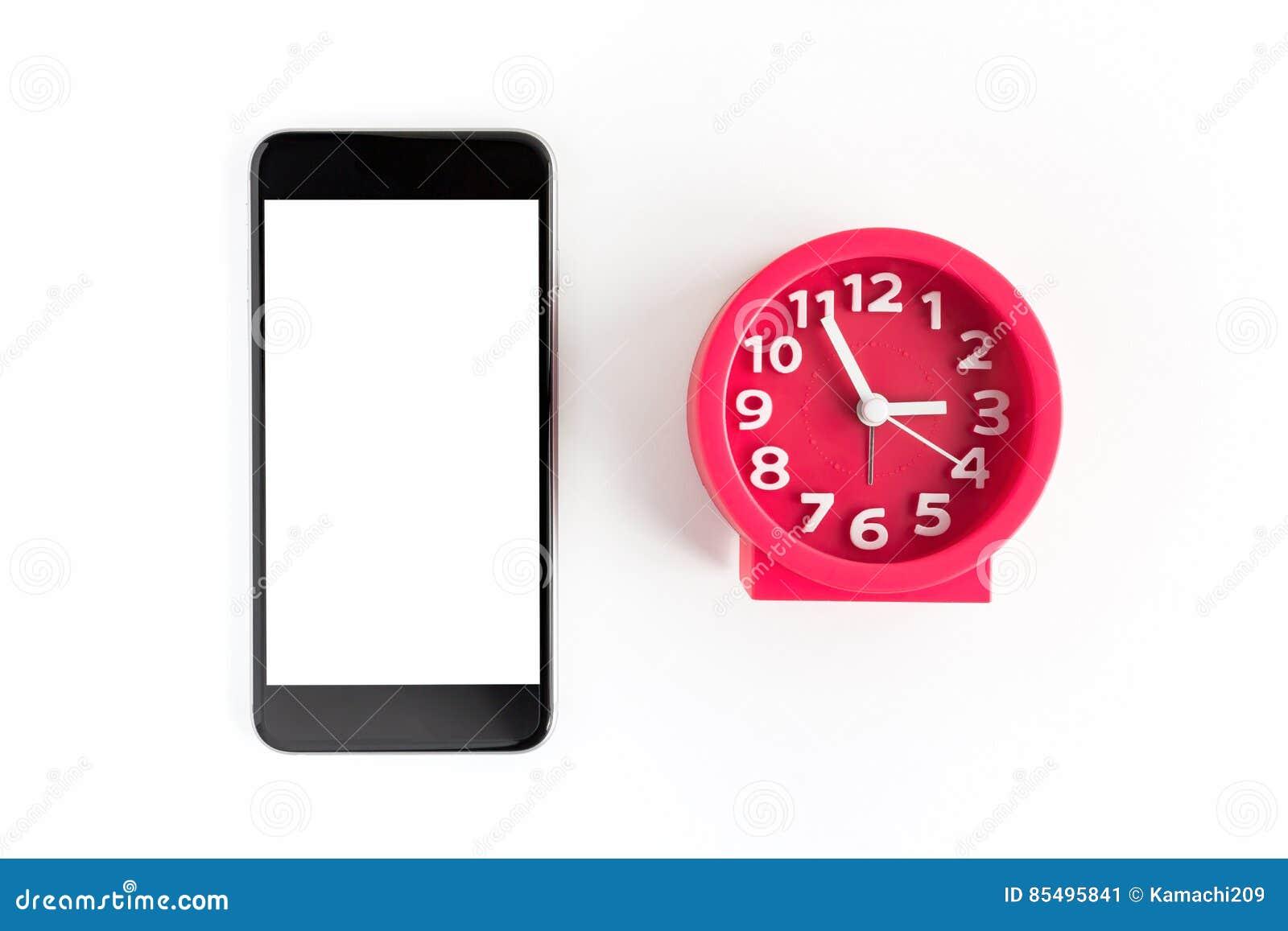 Wekker en slimme telefoon op witte achtergrond