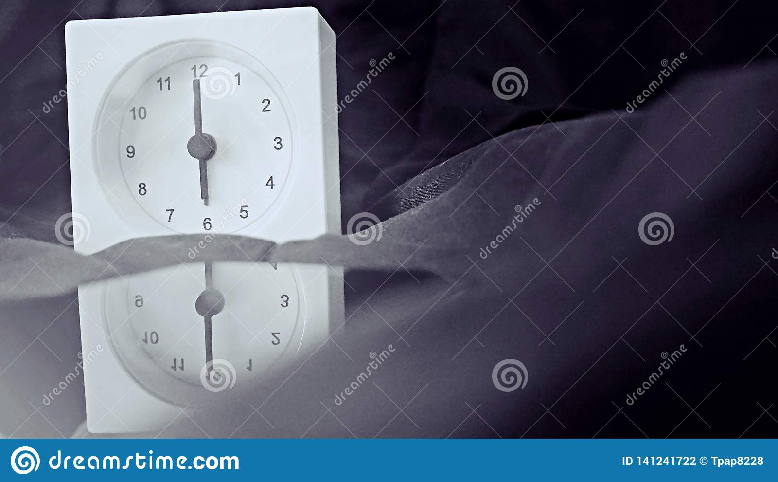 Wekker 6 uur in de ochtend op het bed thuis Van de achtergrond ochtendtijd concept