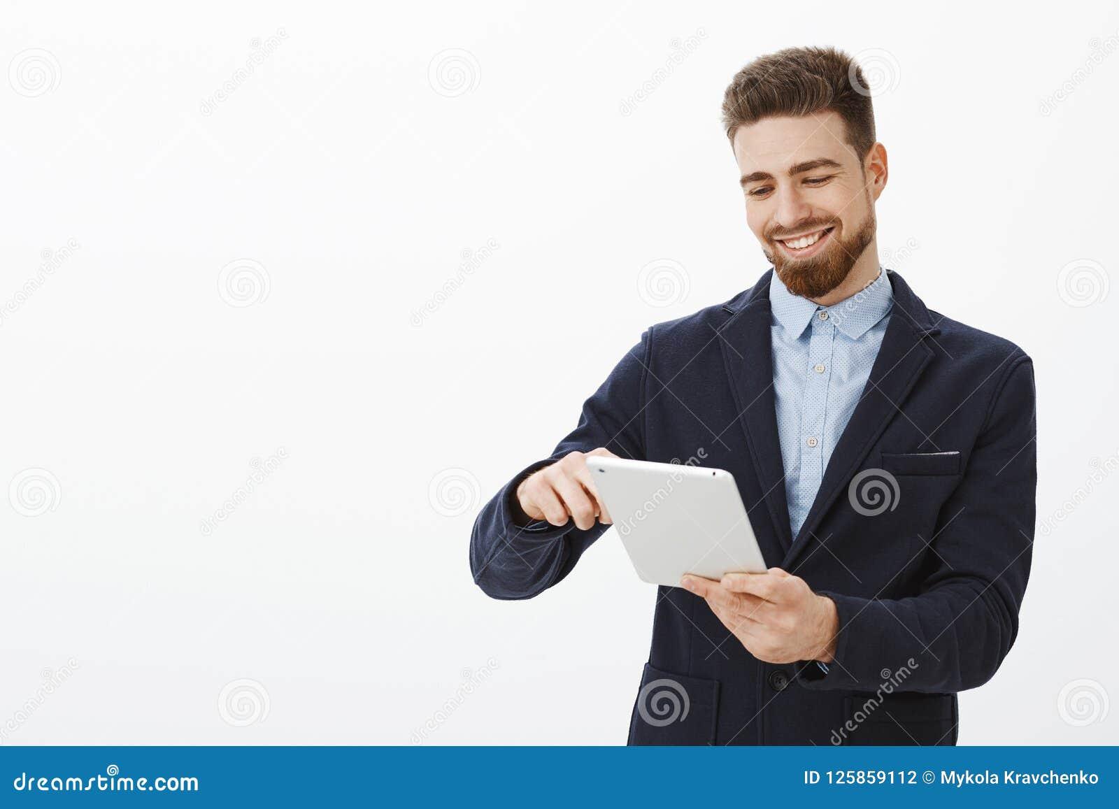Welk genoegen die bankrekeningshoogtepunt bekijken van geld Opgetogen knappe en succesvolle zakenman met baard en keurig
