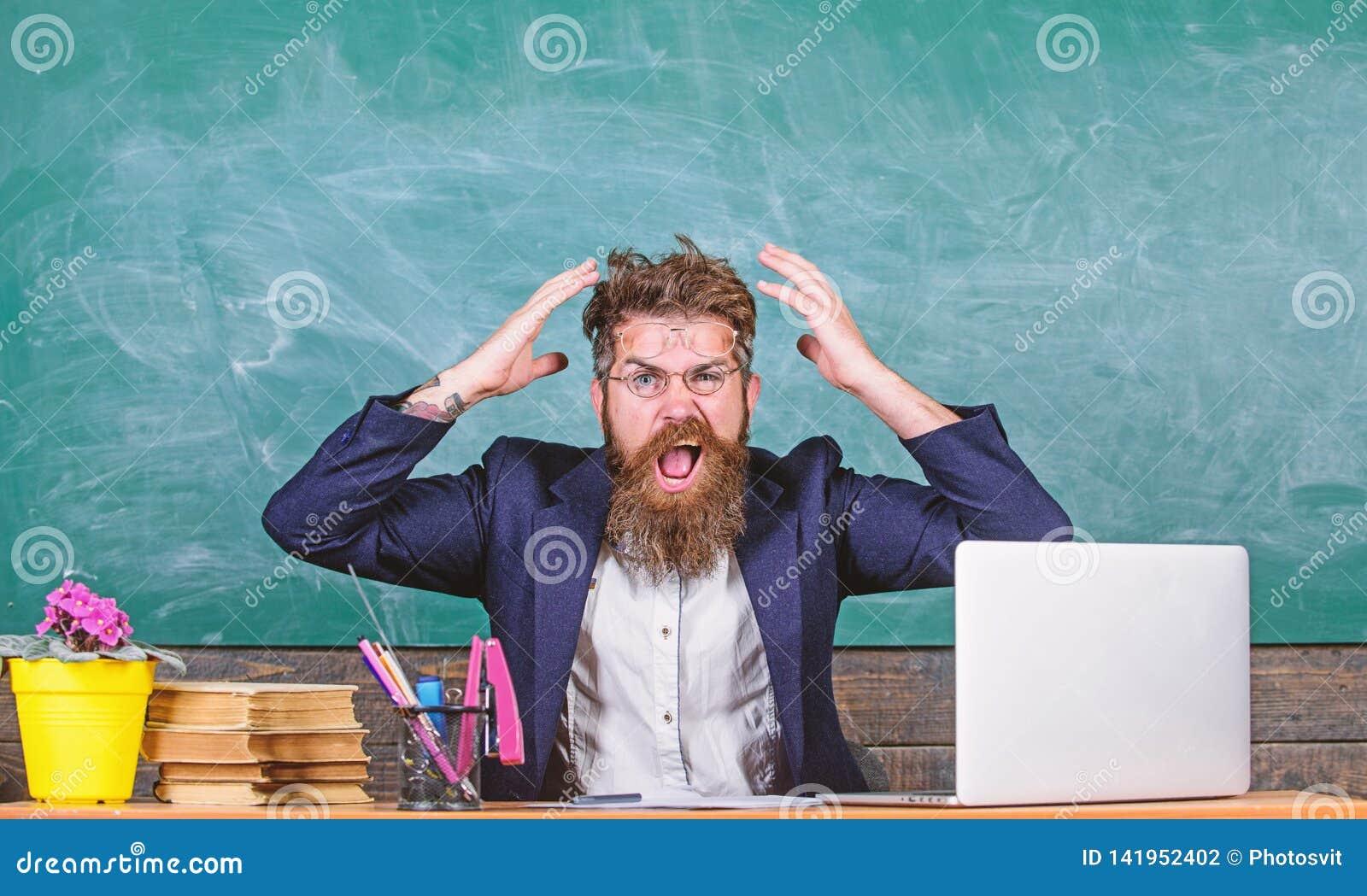 Welke stomme gedachte Agressieve uitdrukking van de mensen zit de gebaarde leraar de achtergrond van het klaslokaalbord Onplezier