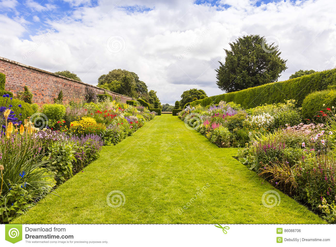 Well In The Garden Stock Image 26620225