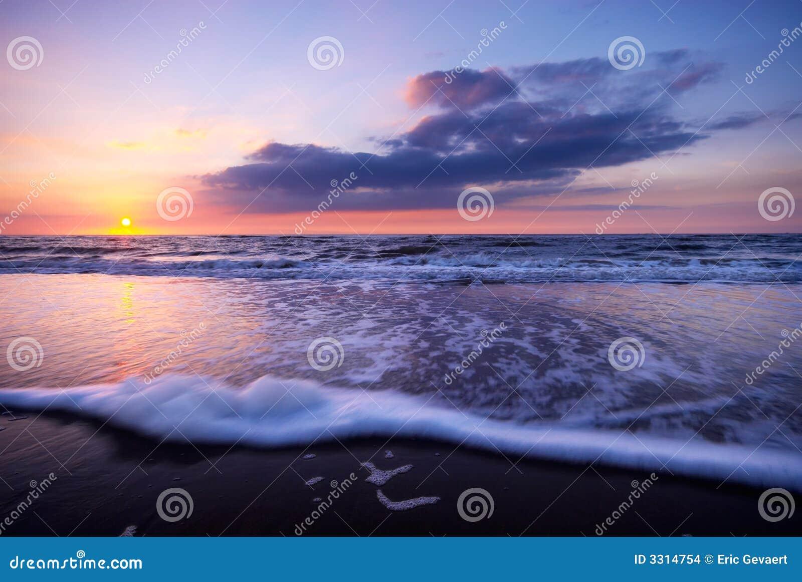 Wellen Auf Dem Strand Nachts Stockfoto Bild Von Bunt Reflexion