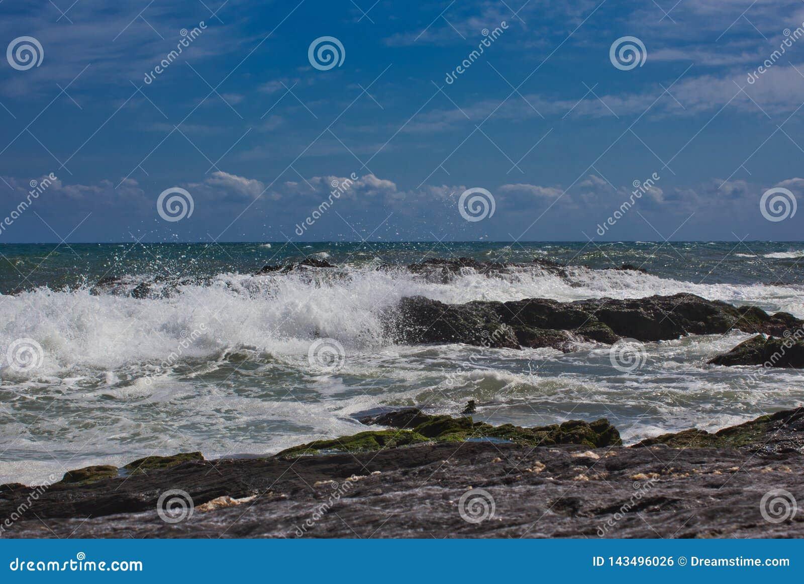 Wellen auf dem Strand von einem mediateranea Meer